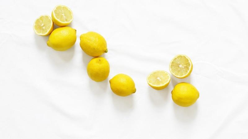 Zitronen mit Schale essen ist gesund.