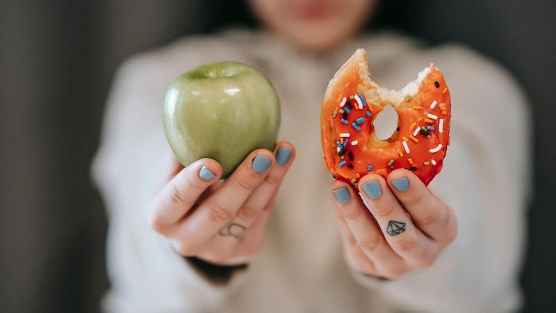 Bei Akne kommt es auf eine gesunde, ausgeglichene Ernährung an. Statt fett- und zuckerhaltiger Produkte sollten Sie auf Antioxidantien, Vitamine und Zink achten.