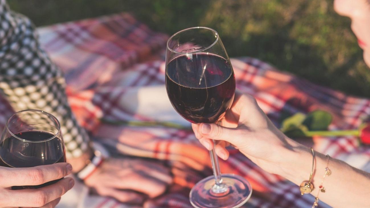 Den Tag mit einem Picknick und einem Glas Wein ausklingen zu lassen, kann sich bereits wie ein Miniurlaub anfühlen.