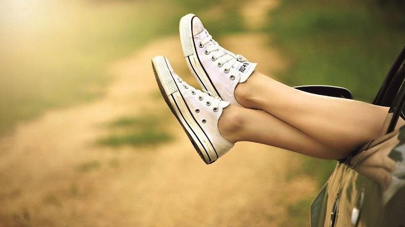 Glatte Beine im Sommer sind mit den richtigen Tipps möglich.