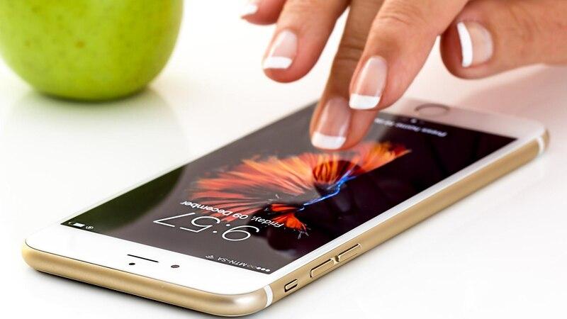 Wenn der Bildschirm am Handy flackert lässt sich das über verschiedene Wege lösen.
