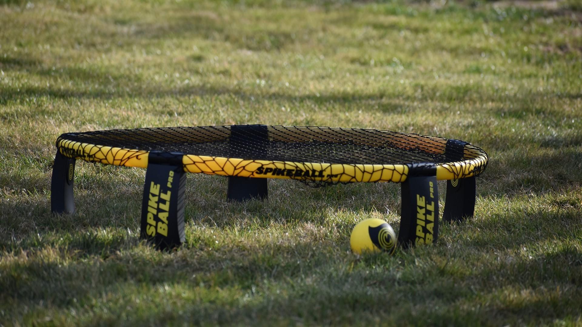 Um den maximalen Spielspaß bei Spikeball zu erhalten, sollte das Netz richtig gespannt sein.