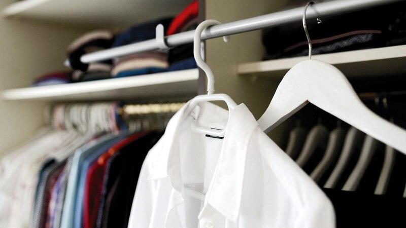 Kleine Löcher in Kleidung - viele Ursachen sind möglich
