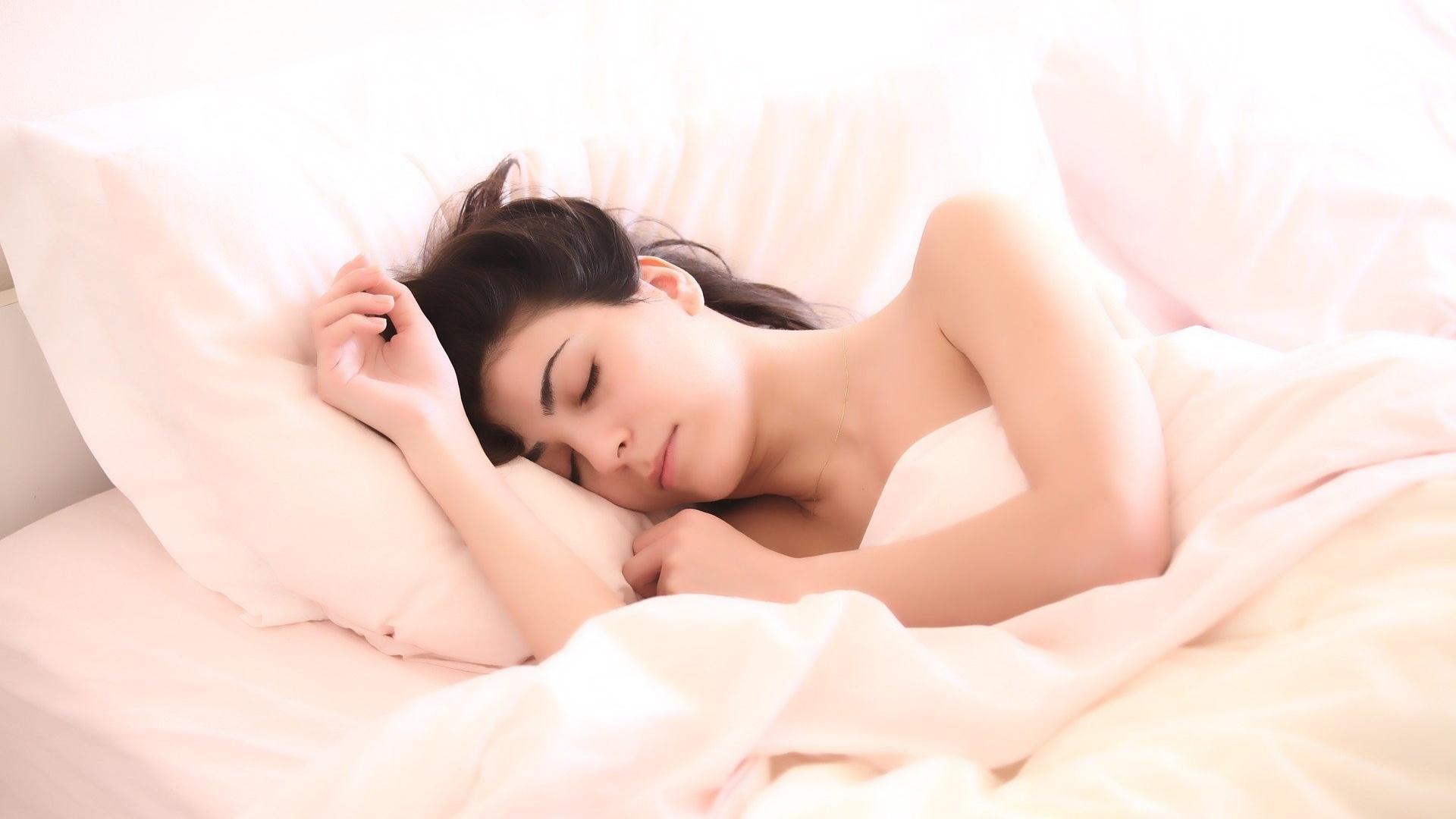 Auf dem Rücken schlafen: Was Sie über diese Schlafposition wissen sollten