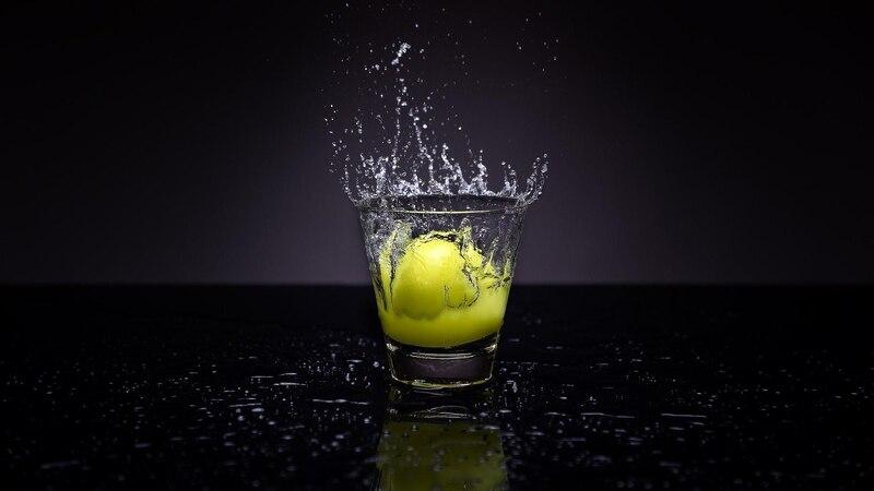 Zitronenwasser vor dem Schlafen ist gut für Gesundheit und Wohlbefinden.
