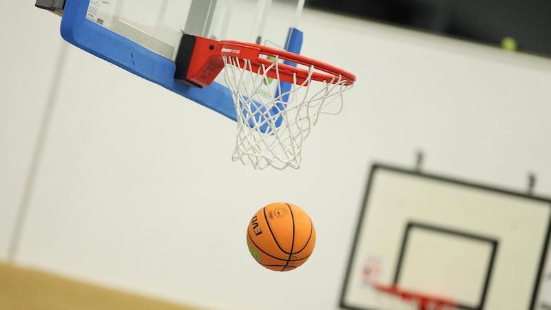 Die wichtigste Regel beim Basketball ist es, dass der Ball in den Korb geworfen werden muss.