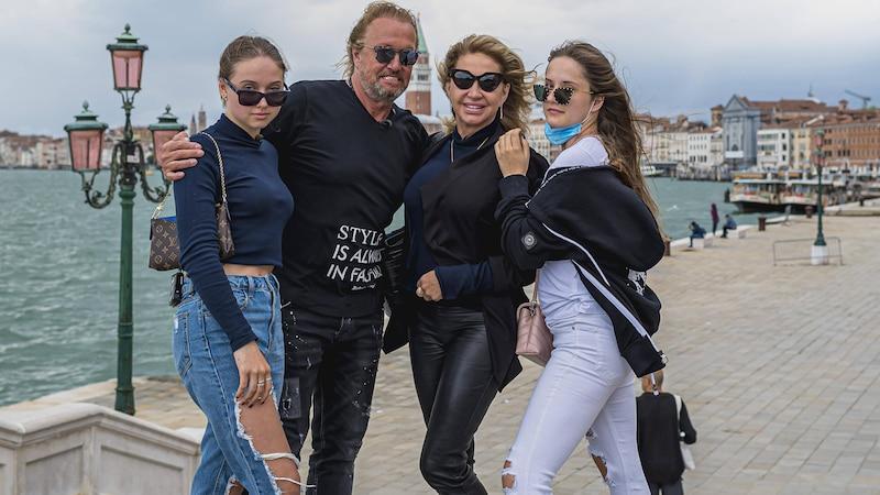 Von links: Shania Tyra Maria Geiss, Robert Geiss, Carmen Geiss, Davina Shakira Geiss am 10. Juni 2020 im Hafen von Venedig