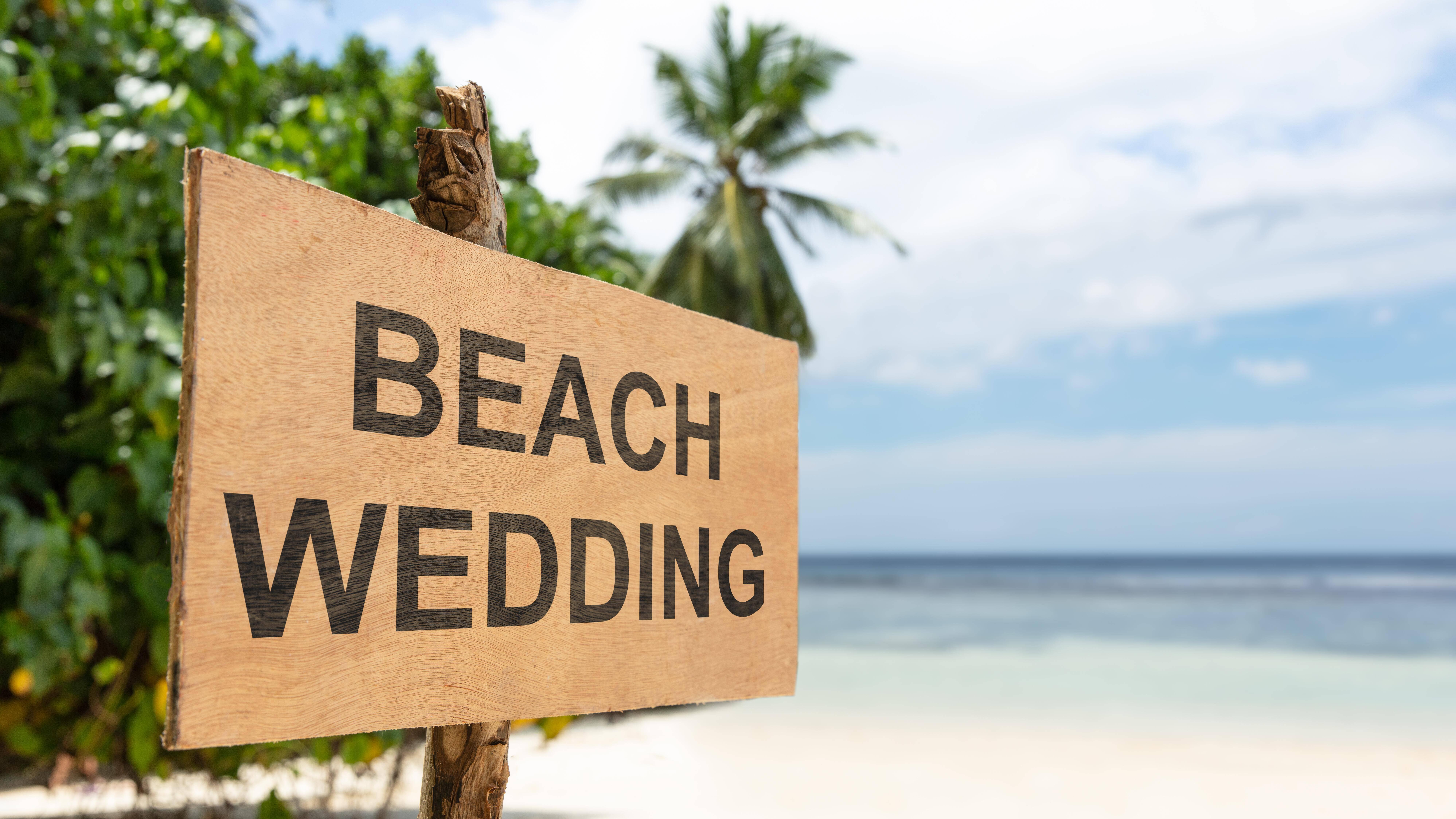 High Heels und bodenlange Kleider oder schwere Anzüge sind für eine Hochzeit am Strand kein gängiger Dresscode.