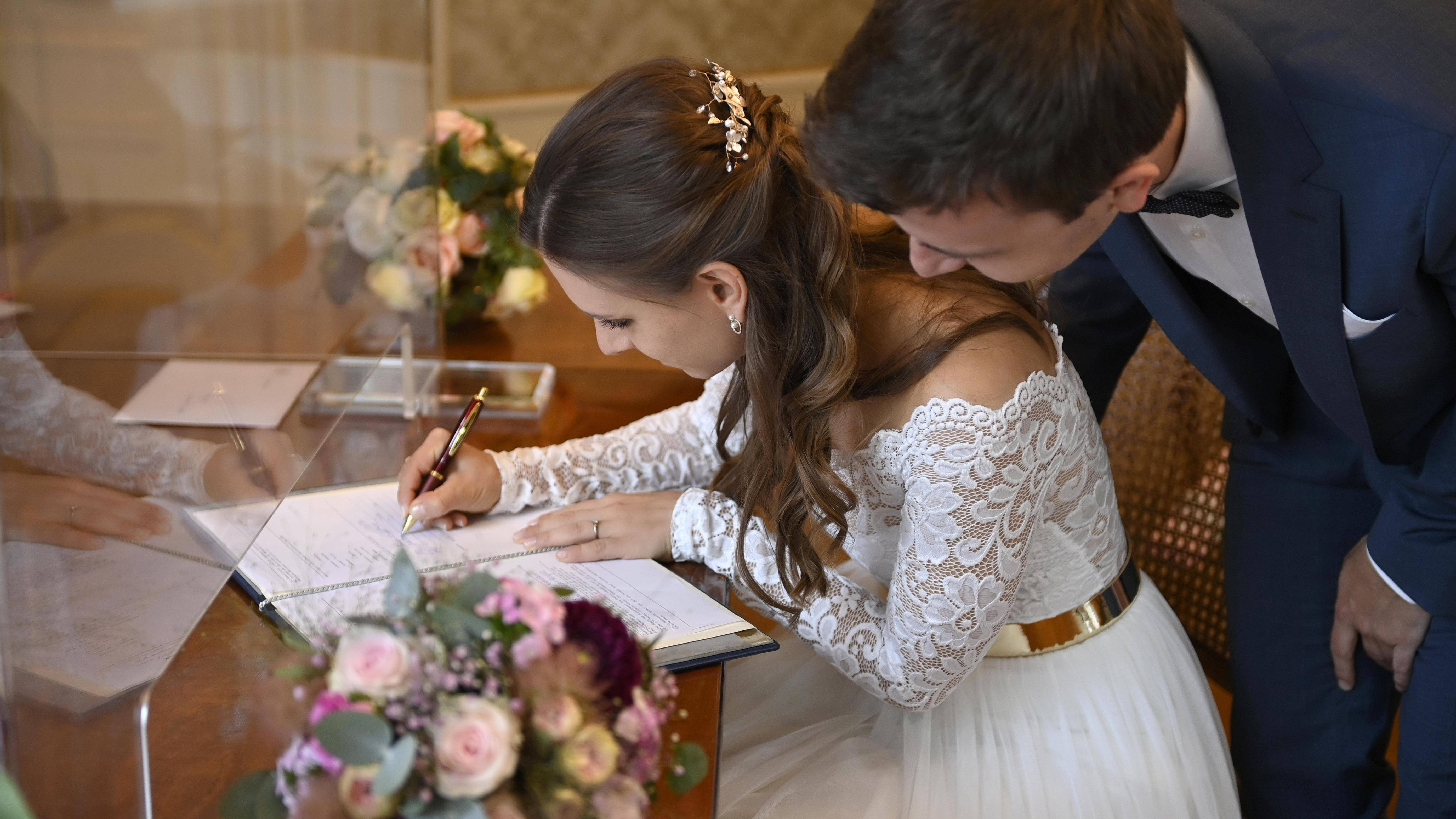Zu den Personenstandsdaten gehört auch die Eheurkunde.