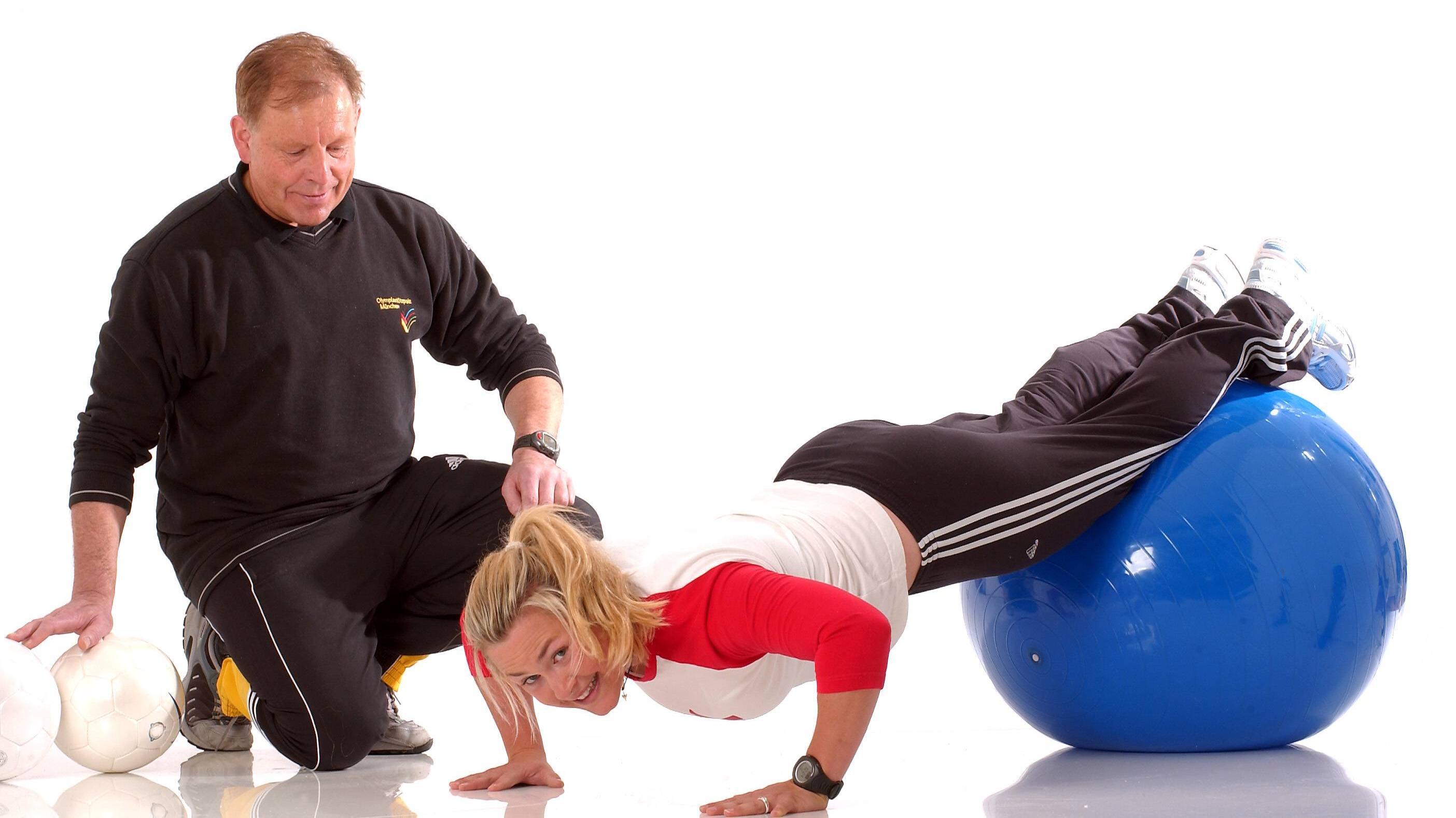 Liegestütze eignen sich als Übung auf dem Gymnastikball.
