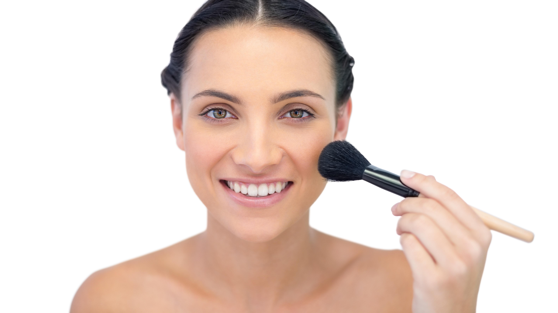 Pigmentflecken können Sie abdecken, indem Sie mit flüssigem Make-Up arbeiten und dieses mit Puder fixieren.