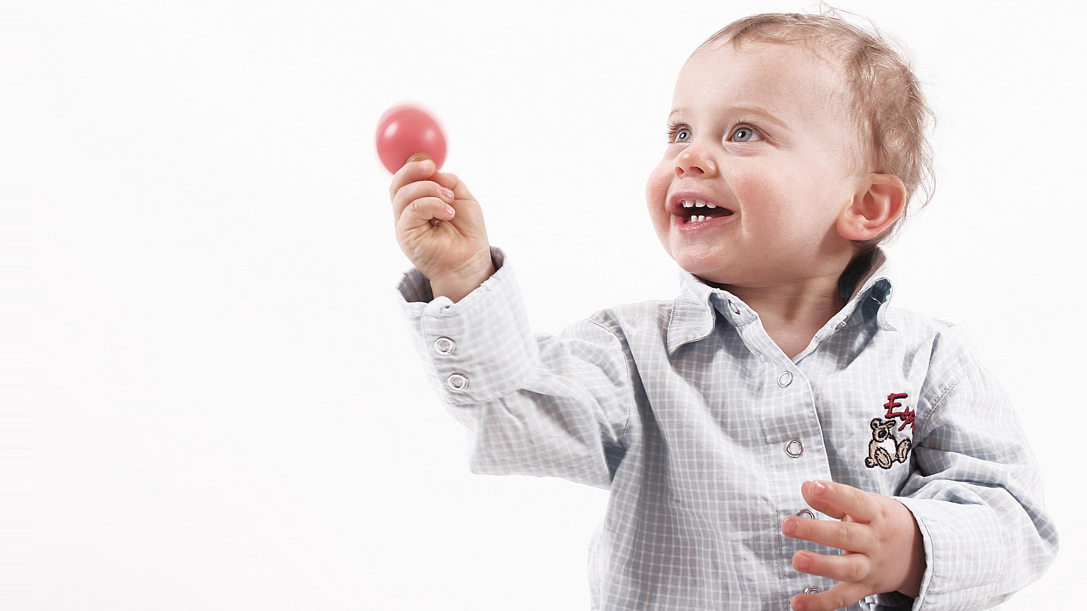 Lenken Sie Ihr Baby mit einem Spielzeug, beispielsweise mit einer Rassel ab, um aufkommende Langeweile zu verhindern.
