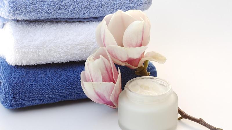 Handbad selber machen: 3 wohltuende und pflegende Rezepte