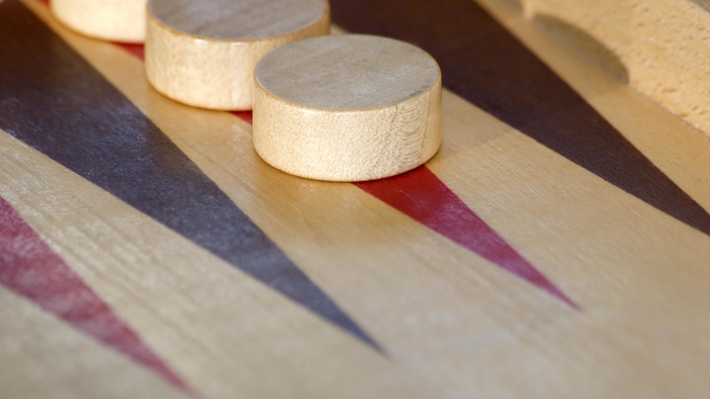 Backgammon Spielanleitung: Regeln und Tipps einfach erklärt