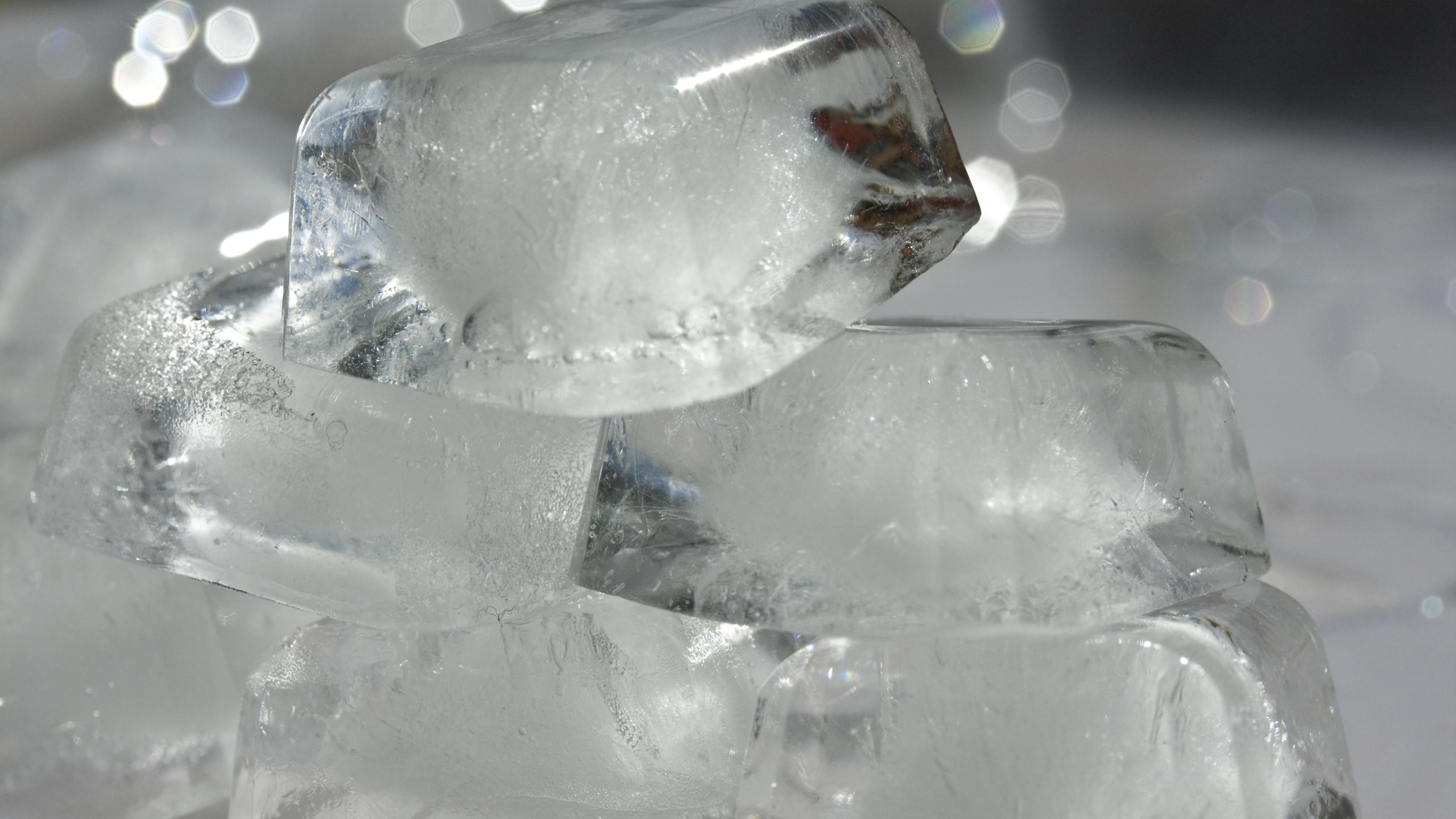 Stellen Sie mit Eiswürfeln ein Eisbad her, in dem Sie die Karotten abschrecken können.