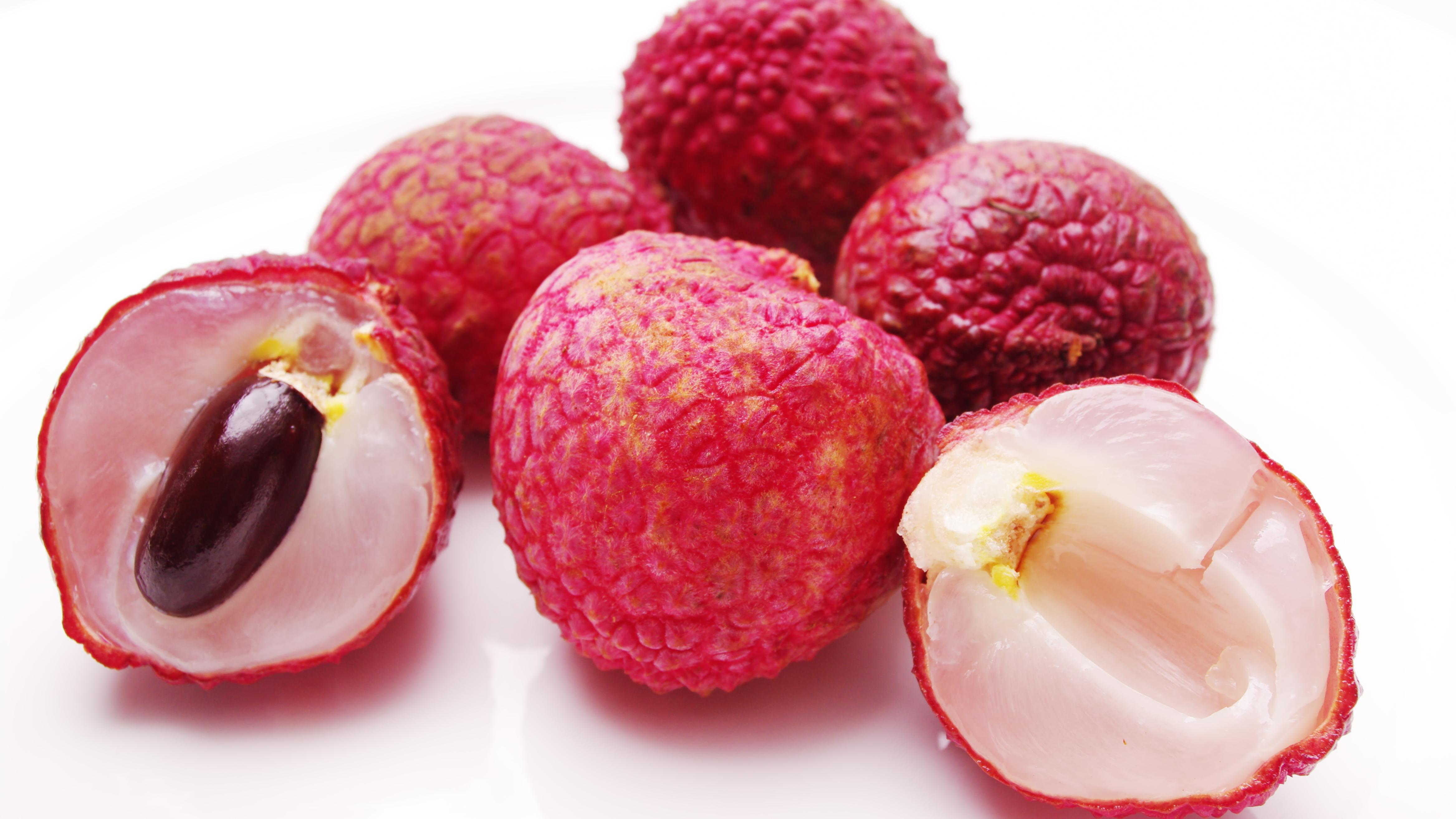 Wie schmecken Litschis? Reife Litschis haben einen fruchtigen, süßen Geschmack, der leicht an Rosen erinnert.