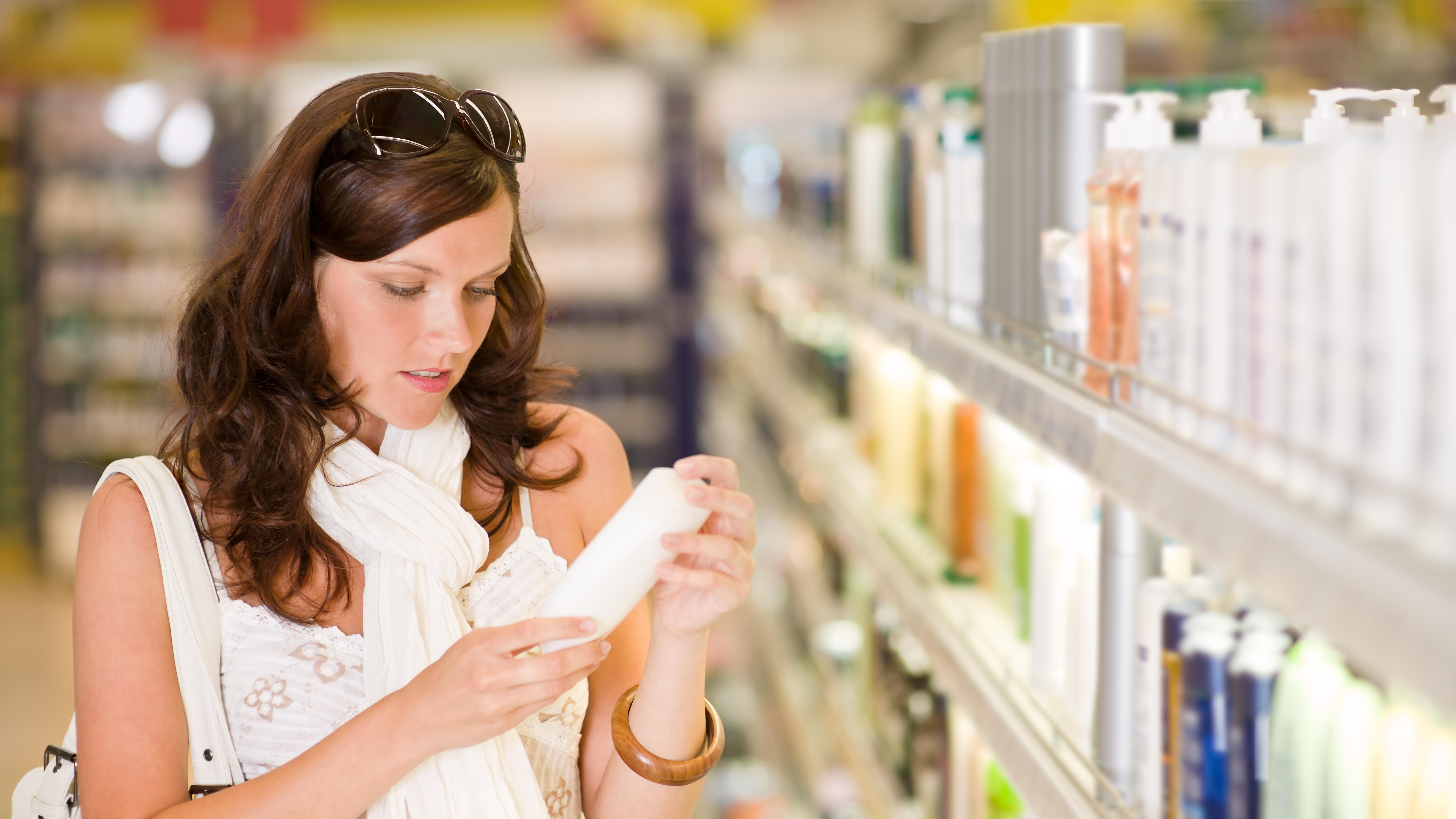 Die passende Pflege ist bei der Behandlung von fettiger Kopfhaut oft ausschlaggebend.