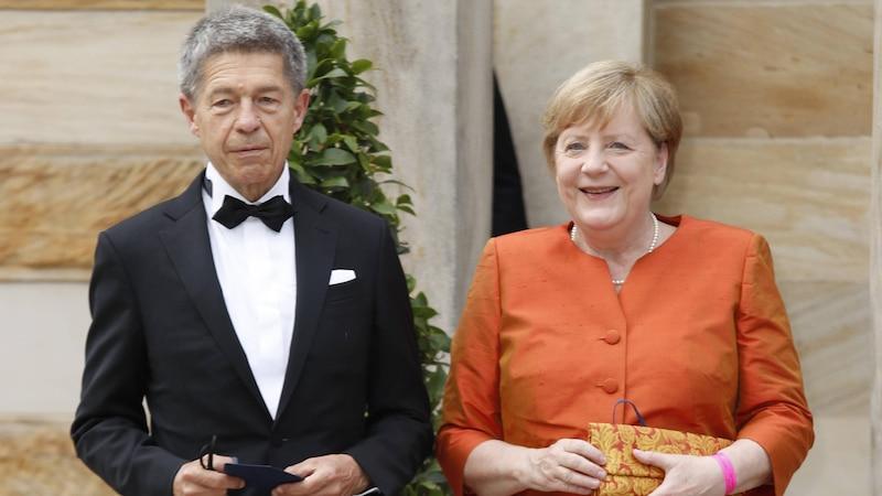 Joachim Sauer ist Professor für physikalische und theoretische Chemie und seit 1998 mit Angela Merkel verheiratet.