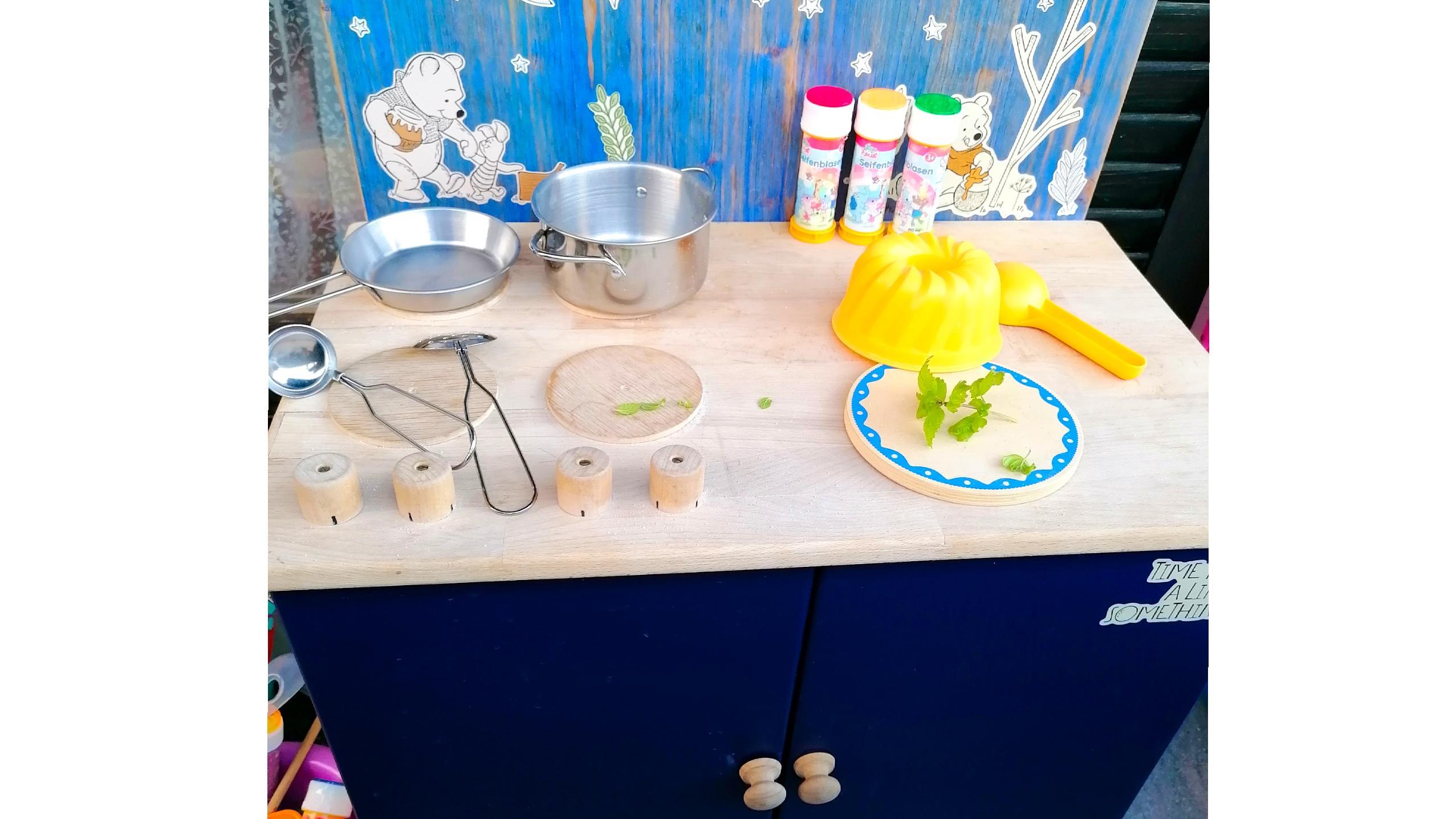 Eine Wasserspiele-Küche für Kinder können Sie für den Garten leicht selber bauen.