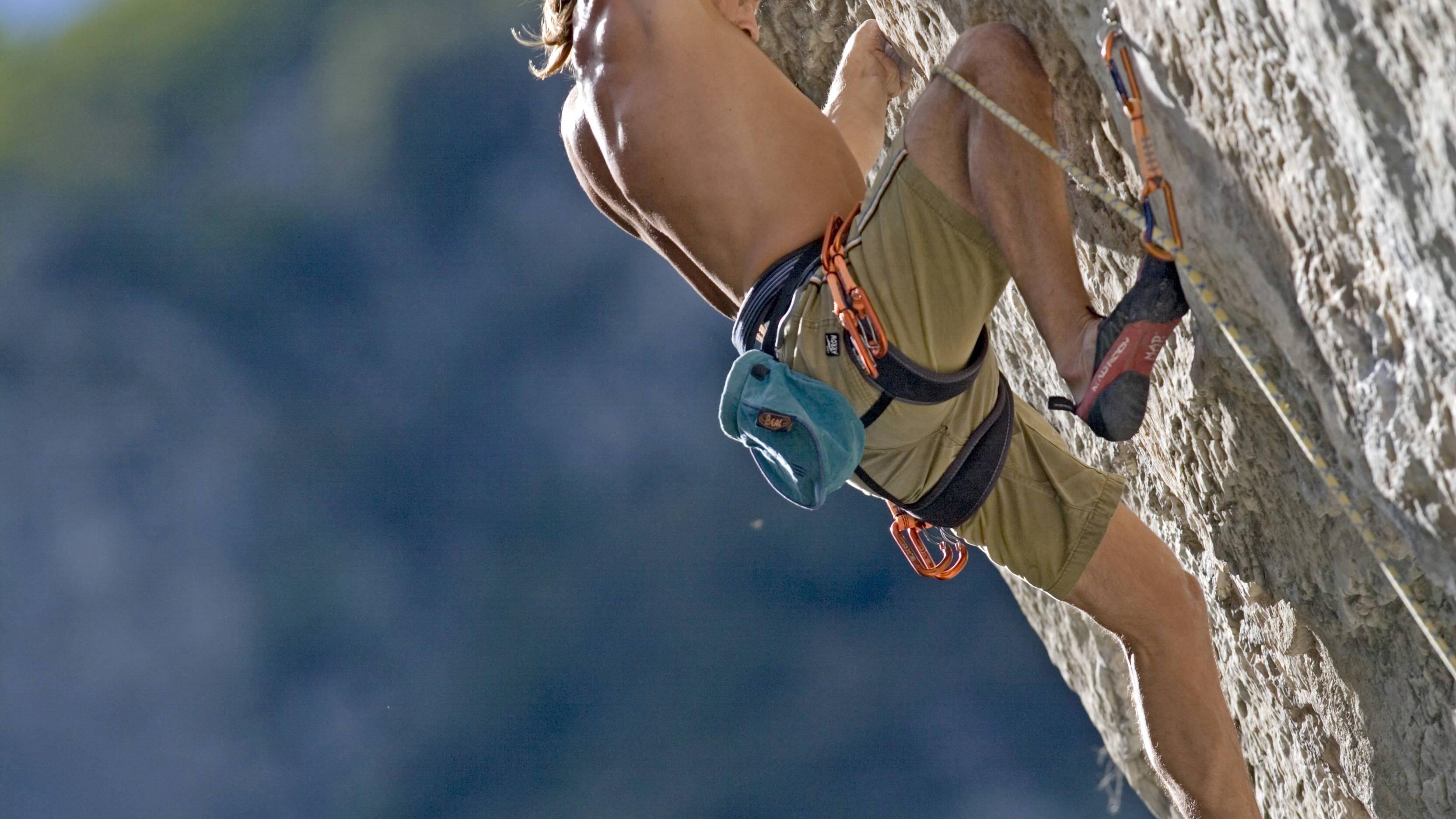 Klettern erfordert anders als Bouldern ein langes Sicherheitstraining.