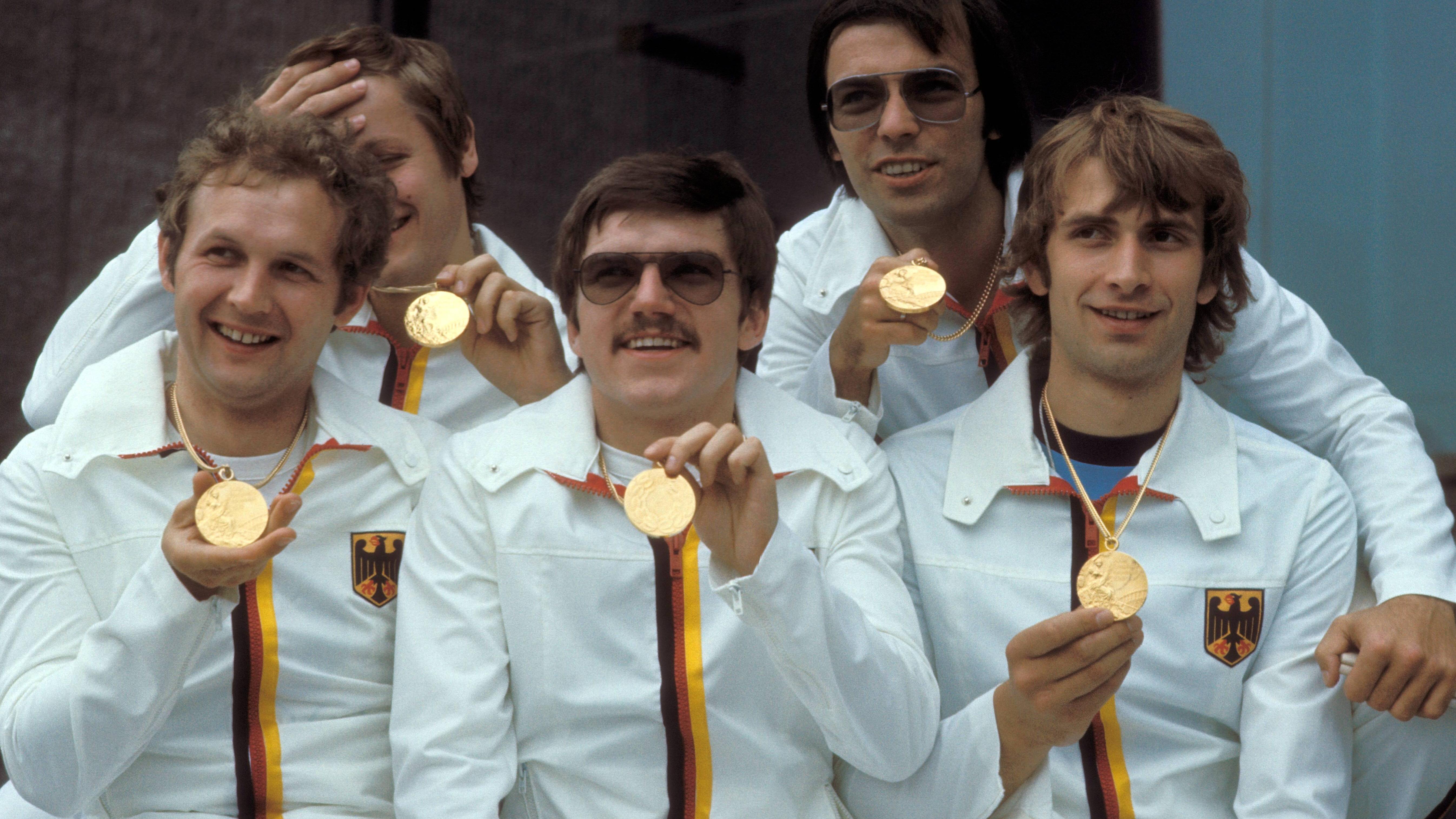 Thomas Bach (vorne in der Mitte) zeigt 1976 stolz seine olympische Goldmedaille