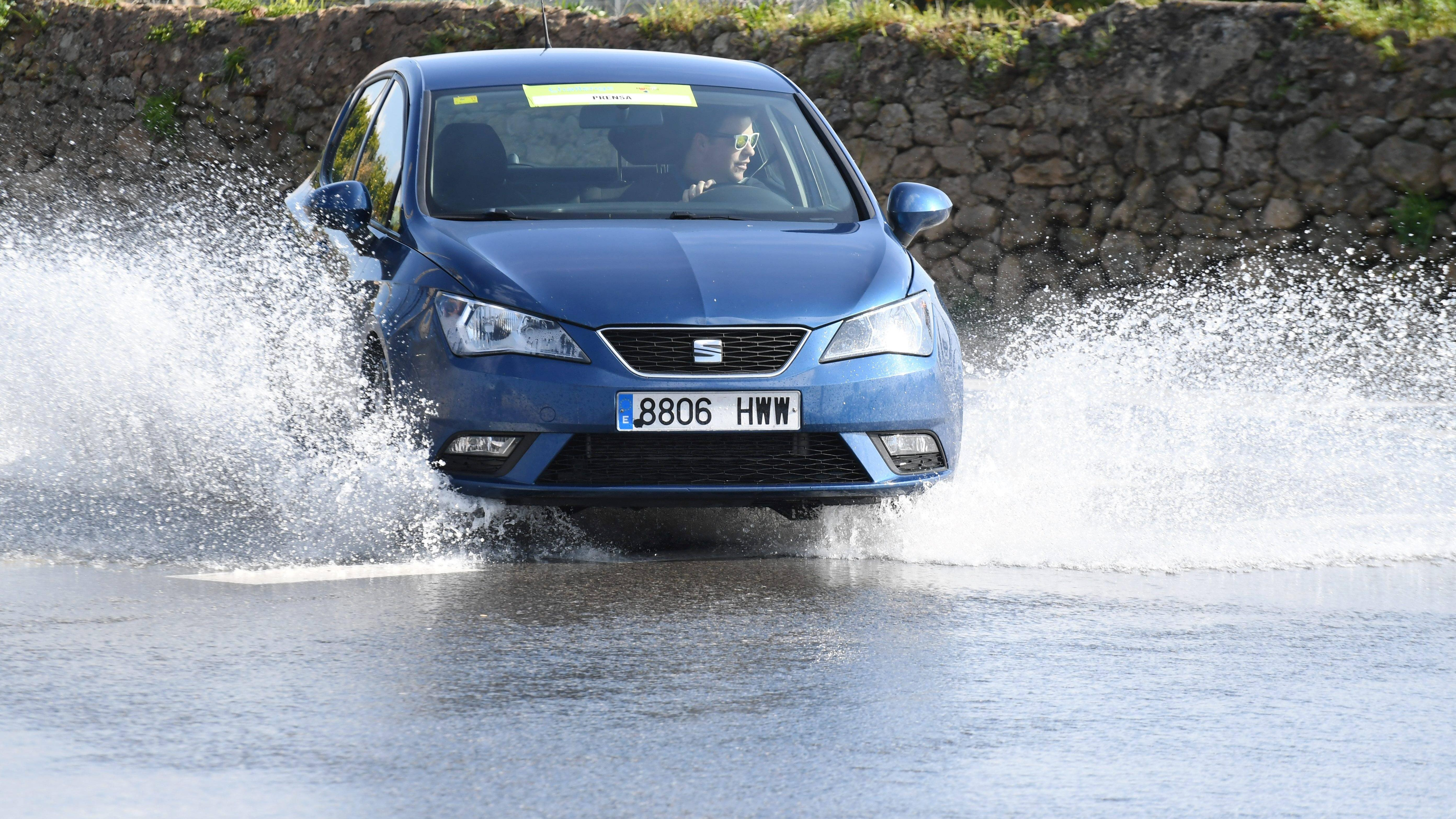 Wasser im Auto: Das sollten Sie bei Wasser im Fußraum tun