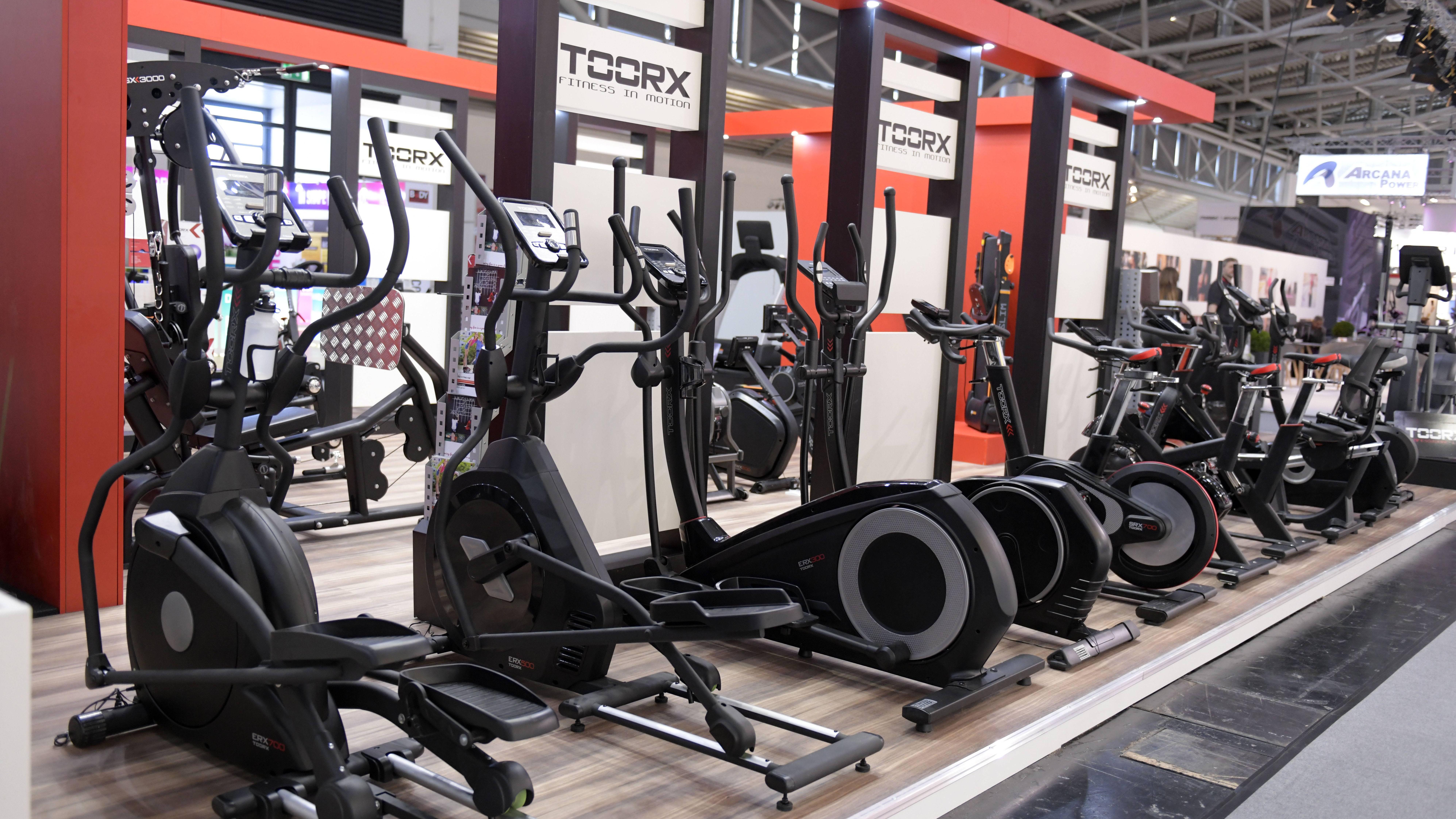 Crosstrainer oder Ellipsentrainer - wenn Sie beide Trainingsgeräte nebeneinander sehen, fällt der Unterschied sofort ins Auge. Denn beim Crosstrainer liegt das Schwungrad hinten und beim Ellipsentrainer vorn.