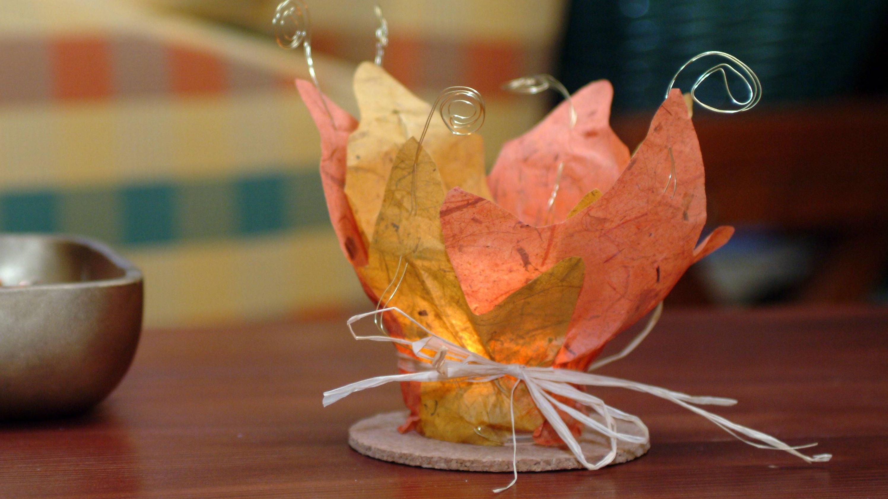 Ein selbstgebastelter Teelichthalter bringt Wärme und Licht in die Herbstzeit.