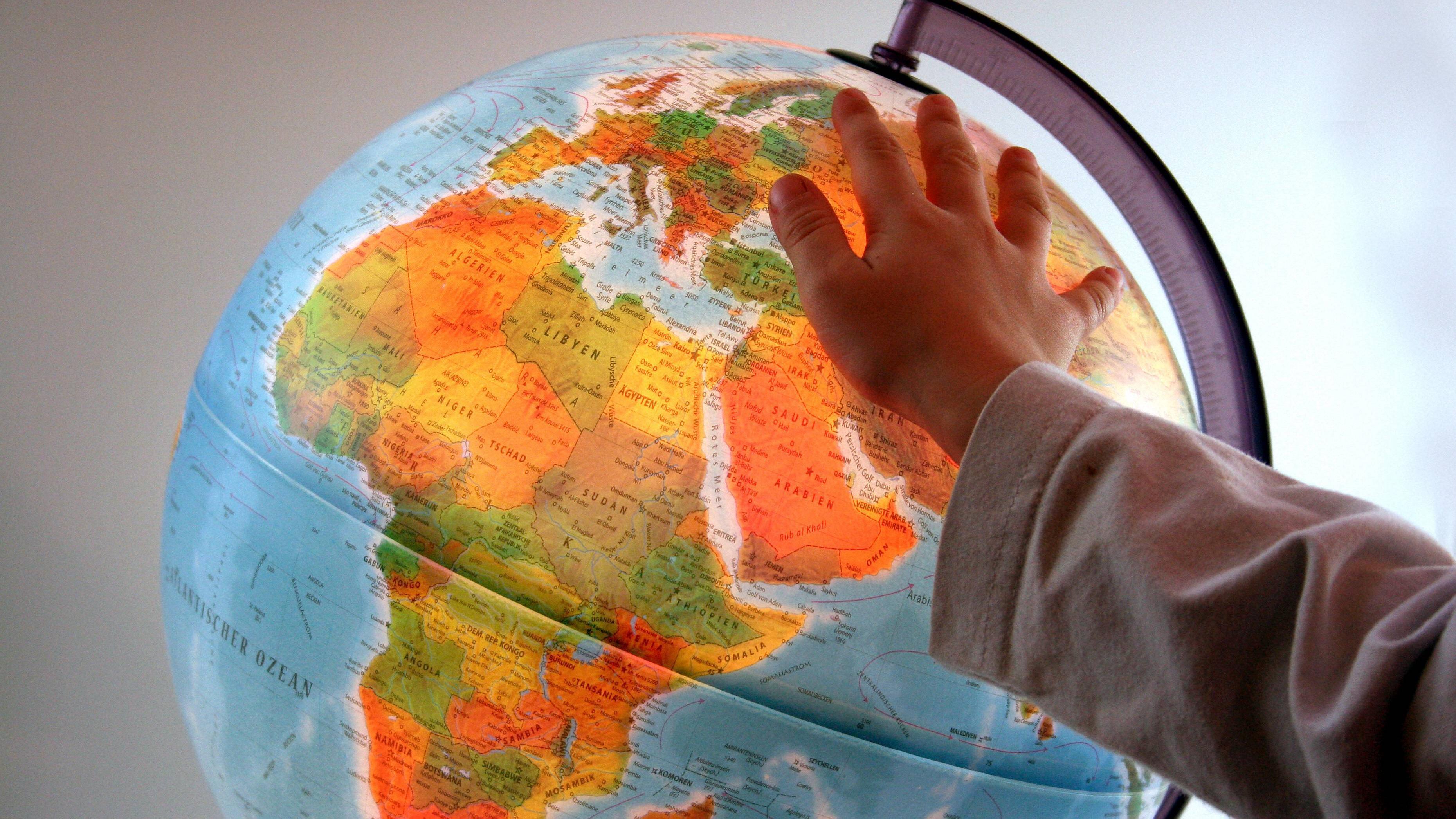 Ein Globus ist ein tolles Geschenk zur Einschulung des Patenkindes.