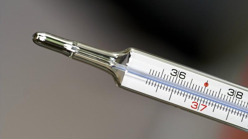 Leicht erhöhte Temperatur: Symptome und was Sie darüber wissen sollten