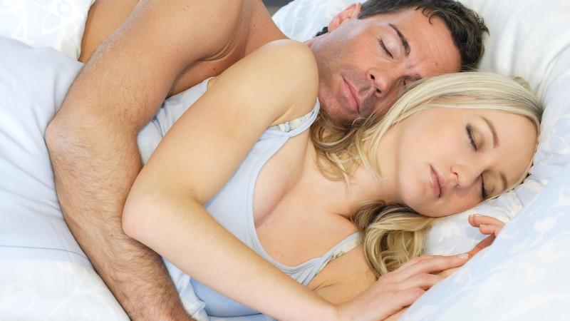 Im Löffelchen kuscheln: Das sagt die Position über Ihre Beziehung aus