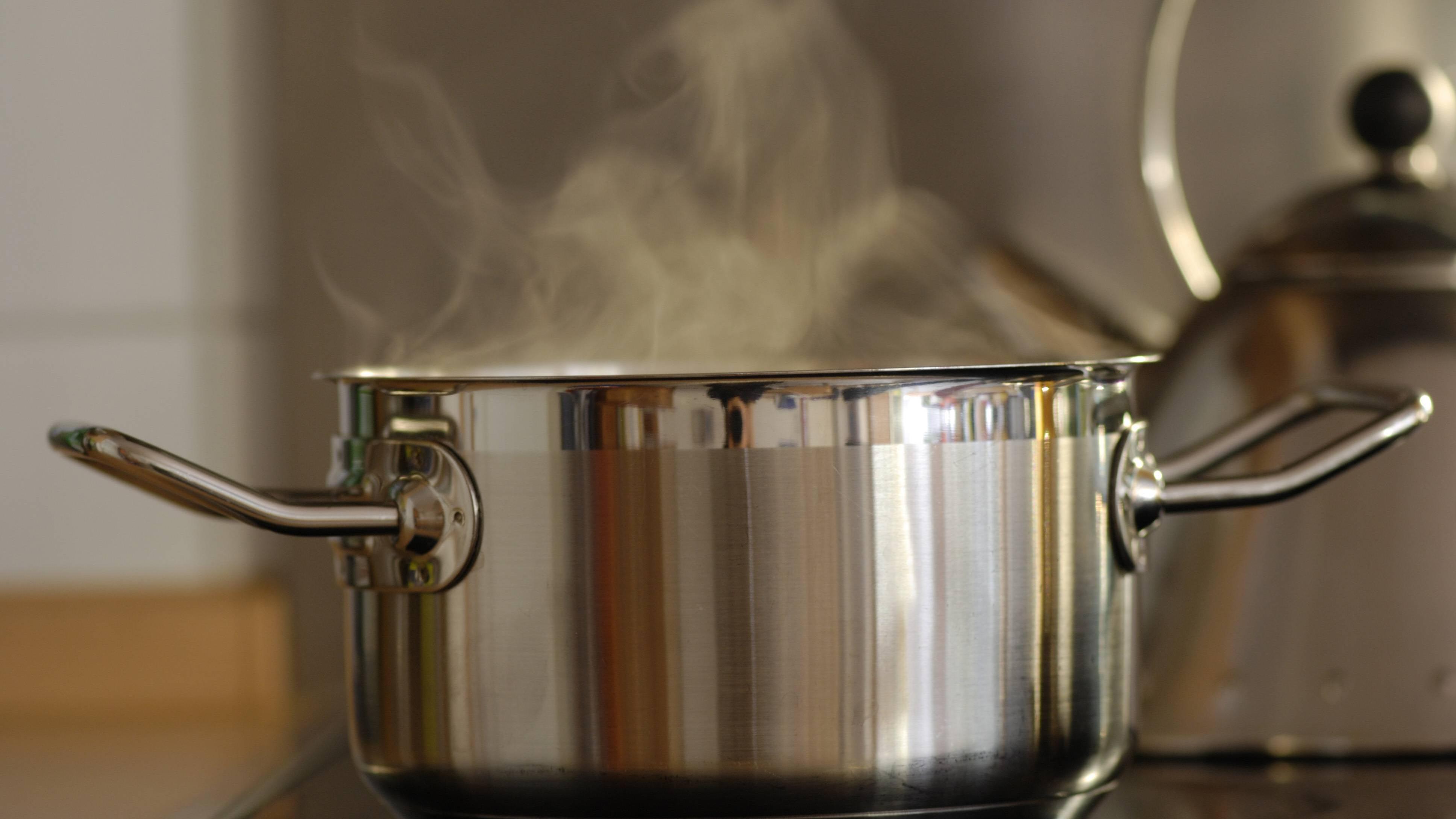 Machen Sie sich den Wasserdampf zunutze, um Ihren Brokkoli damit zu blanchieren.