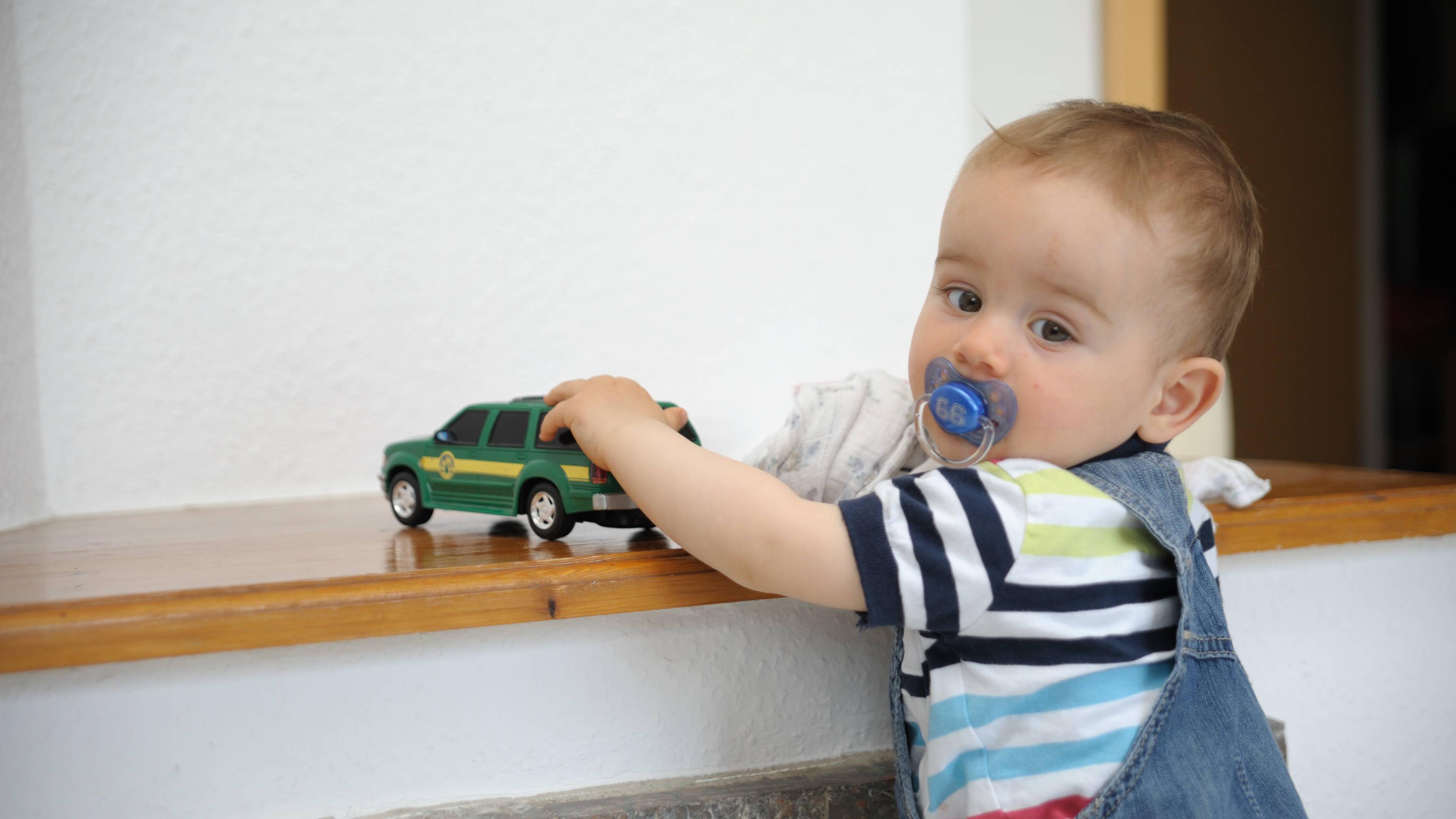Babys sind Entdecker: Mit einem selbstgemachten Activity Board kann Ihr Baby einiges kennen lernen.