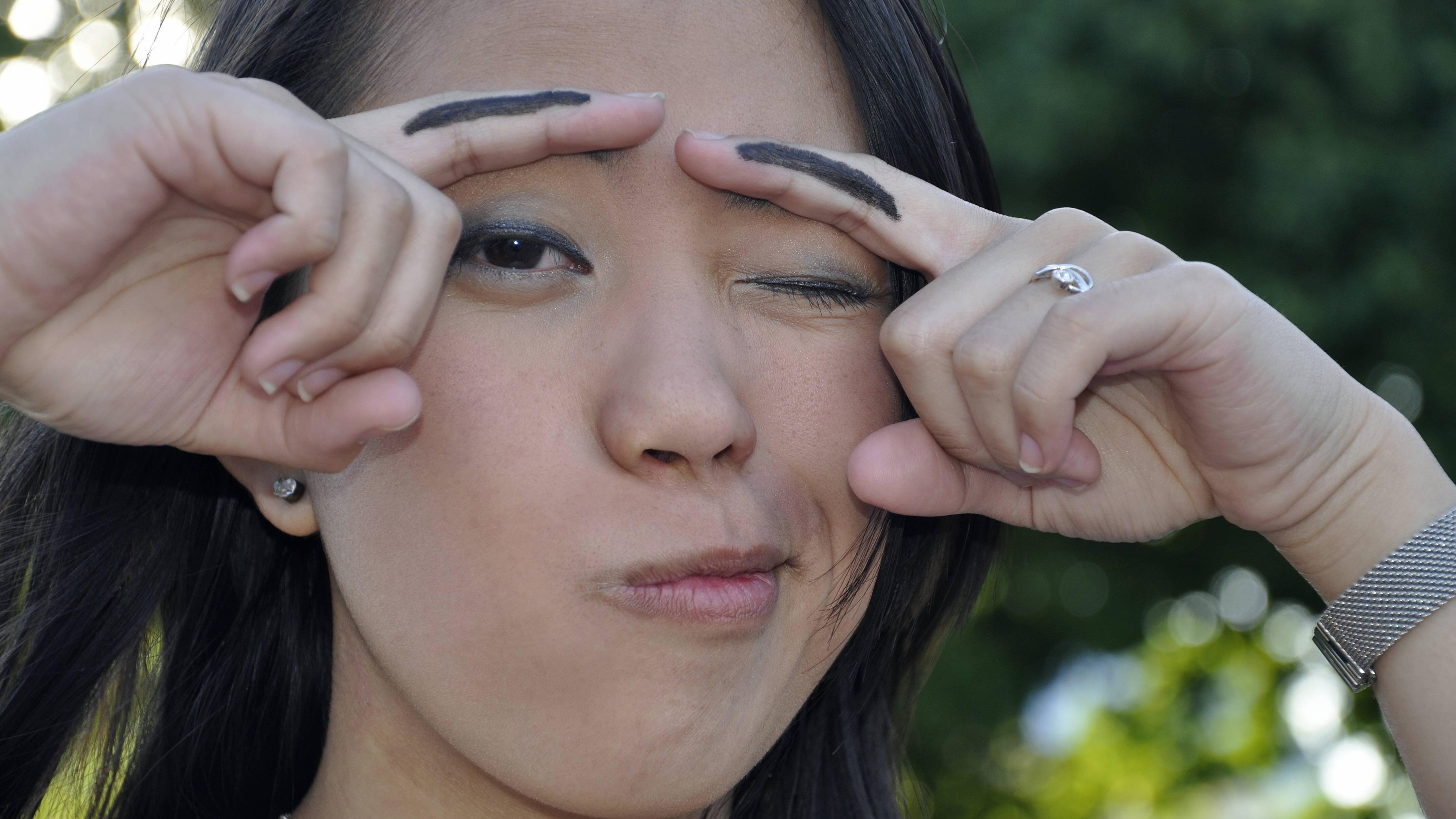 Haben Sie Ihre Augenbrauen zu dunkel gefärbt, können Hausmittel wie Honig, Zitronensaft, Anti-Schuppen-Shampoo und Gesichtsreiniger Abhilfe schaffen.