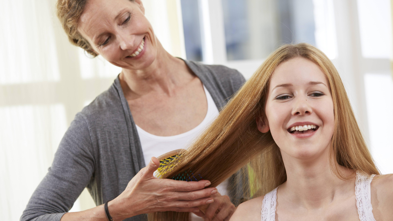 Schuppen können Sie aus den Haaren kämmen oder bürsten.