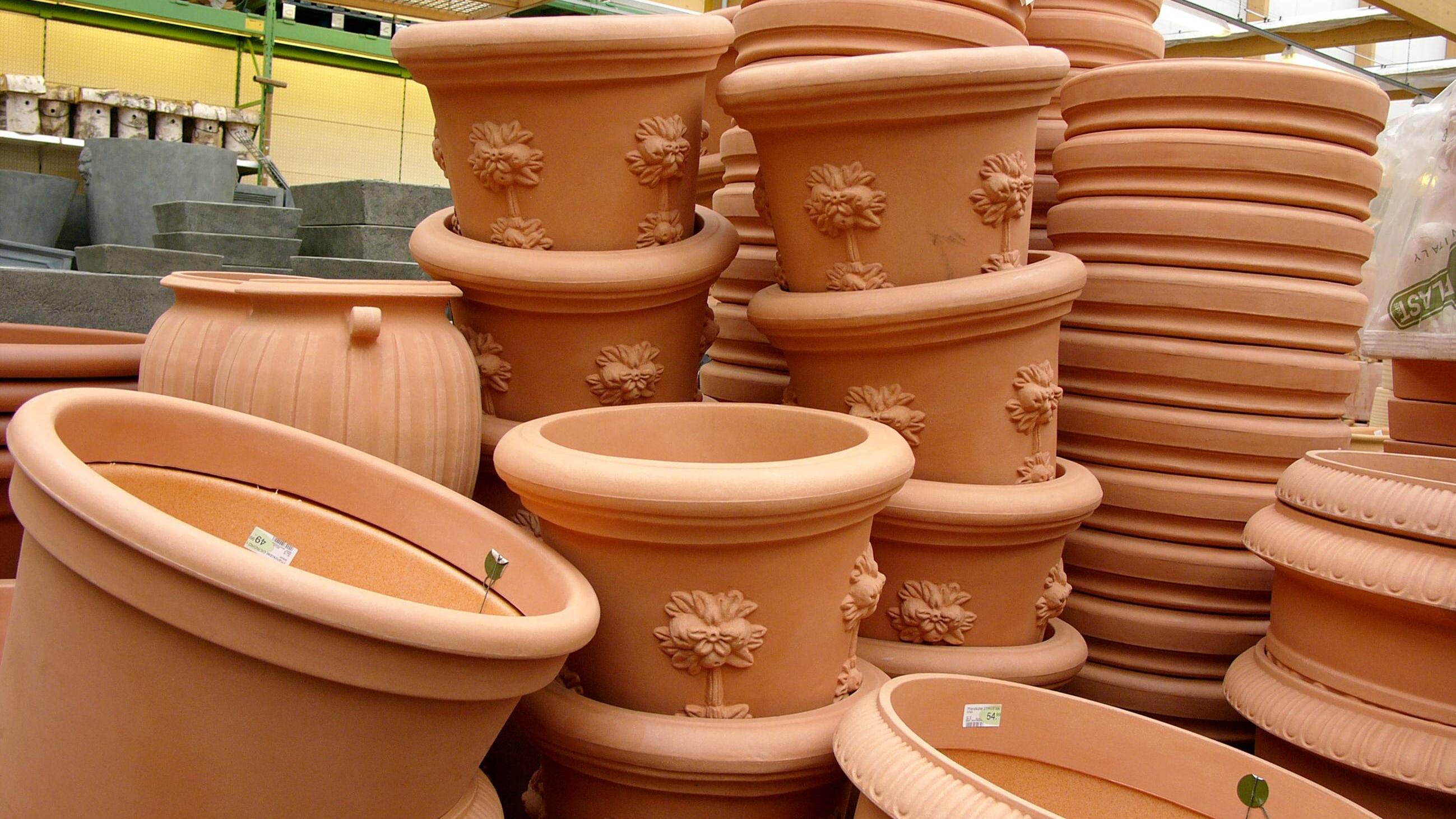 Blumentöpfe eignen sich ideal als Behälter für Kerzen und fungieren so als Tischdeko auf Gartenpartys.