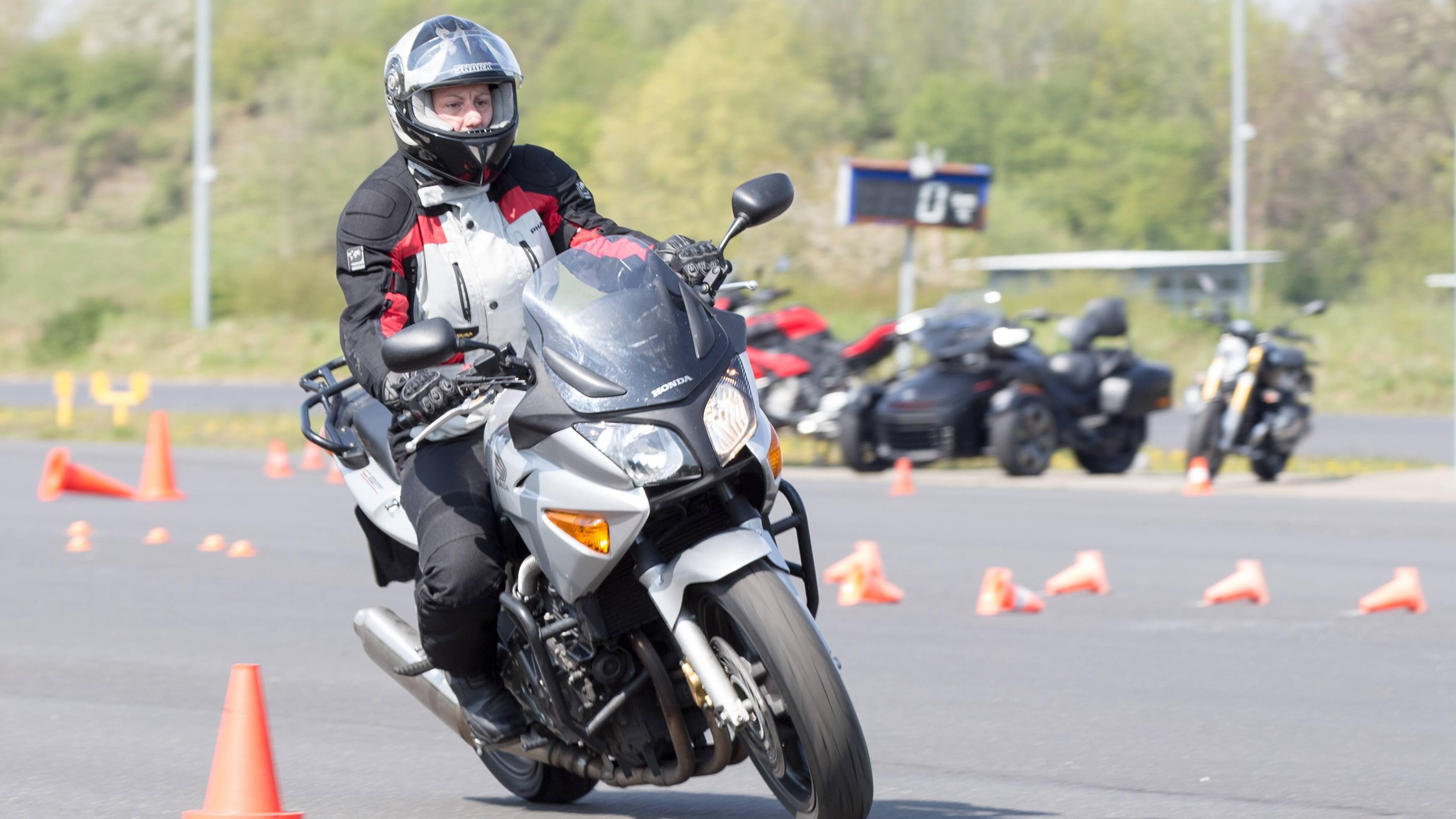 Ein Fahrsicherheitstraining können Sie auch für ein Motorrad buchen.