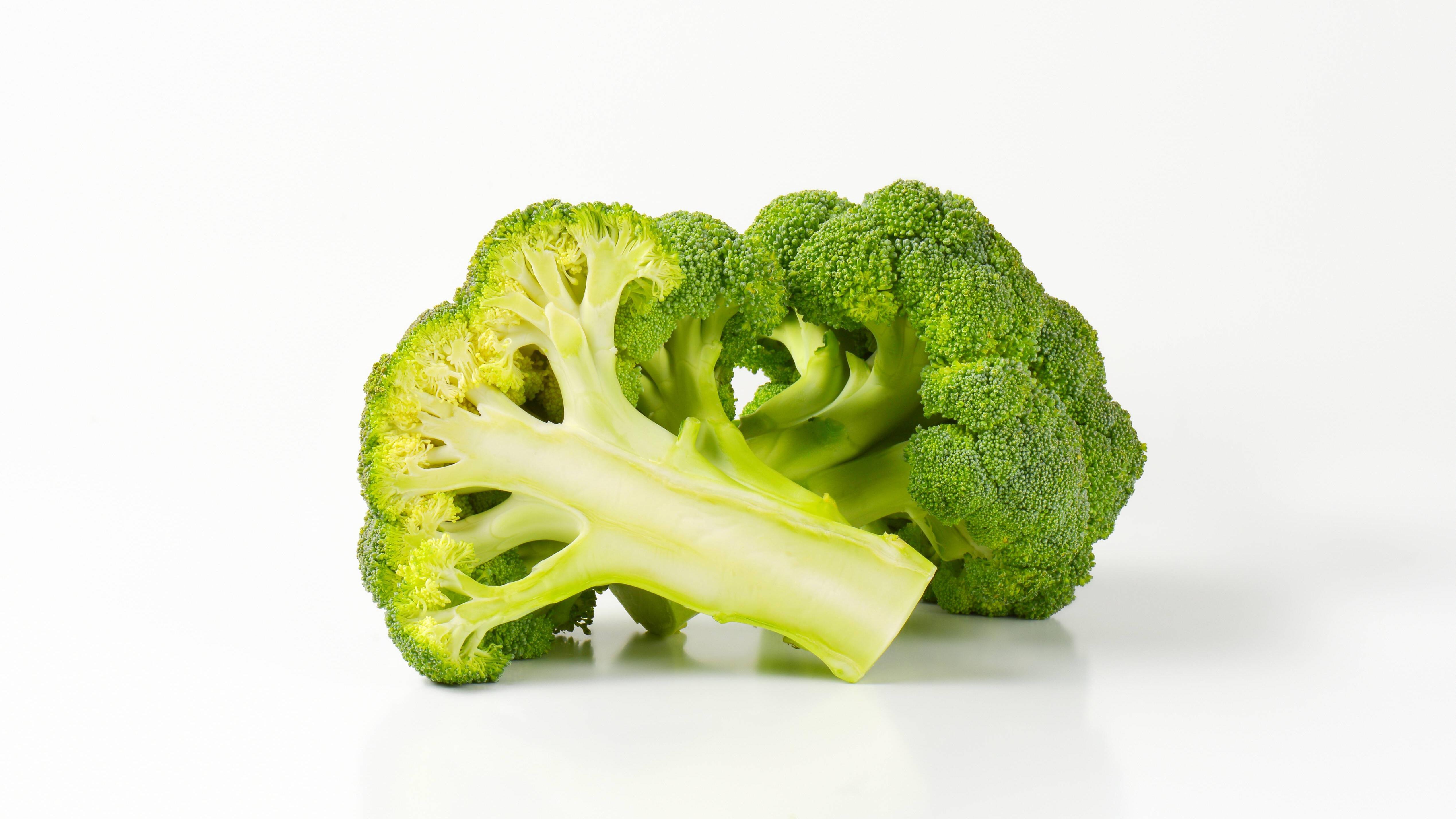 Durch das Blanchieren verliert der Brokkoli nicht seine grüne Farbe, sondern sieht weiterhin knackig und frisch aus.