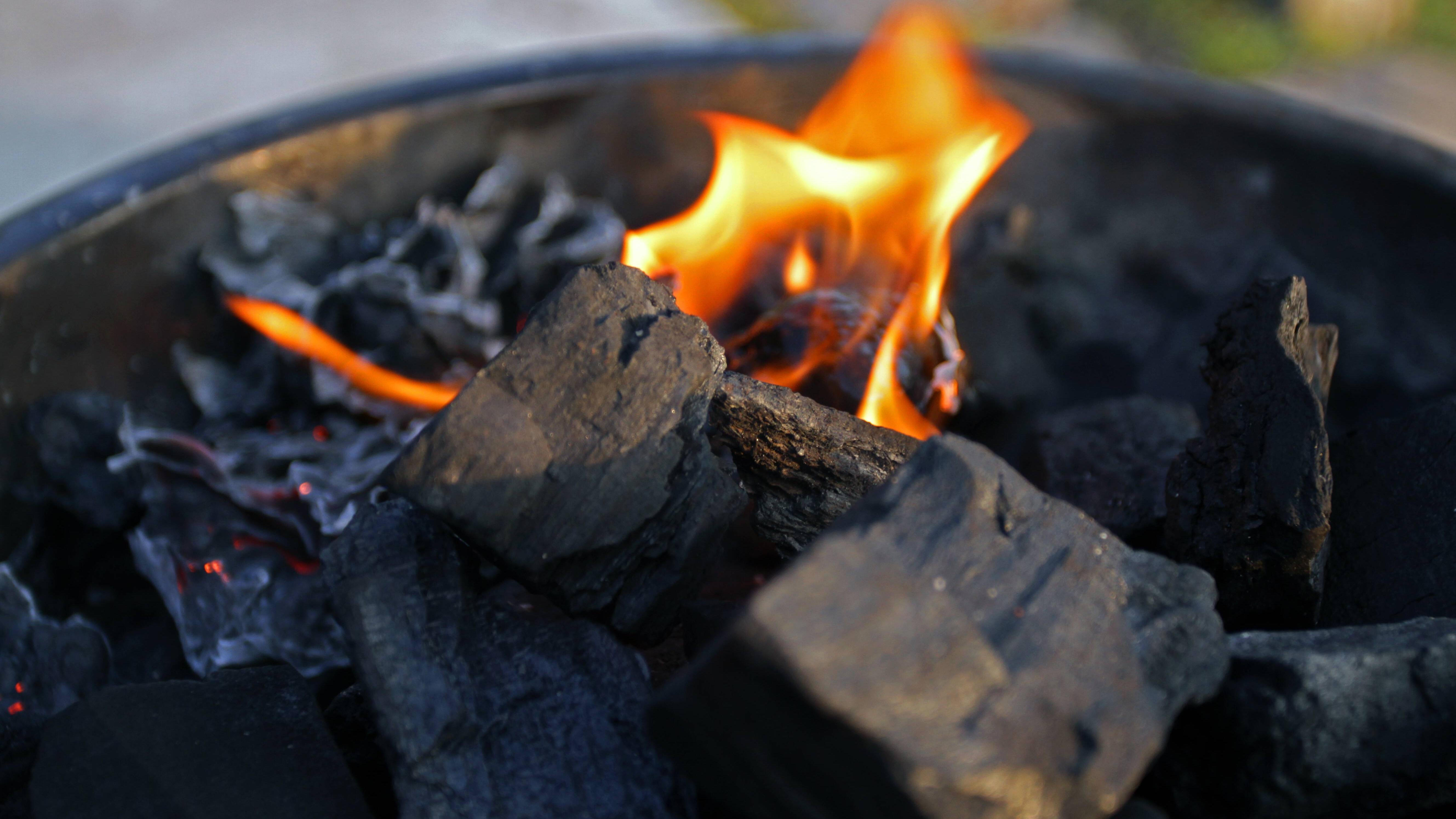 Grillen mit Holzkohle: Tipps, Hinweise und worauf Sie achten sollten
