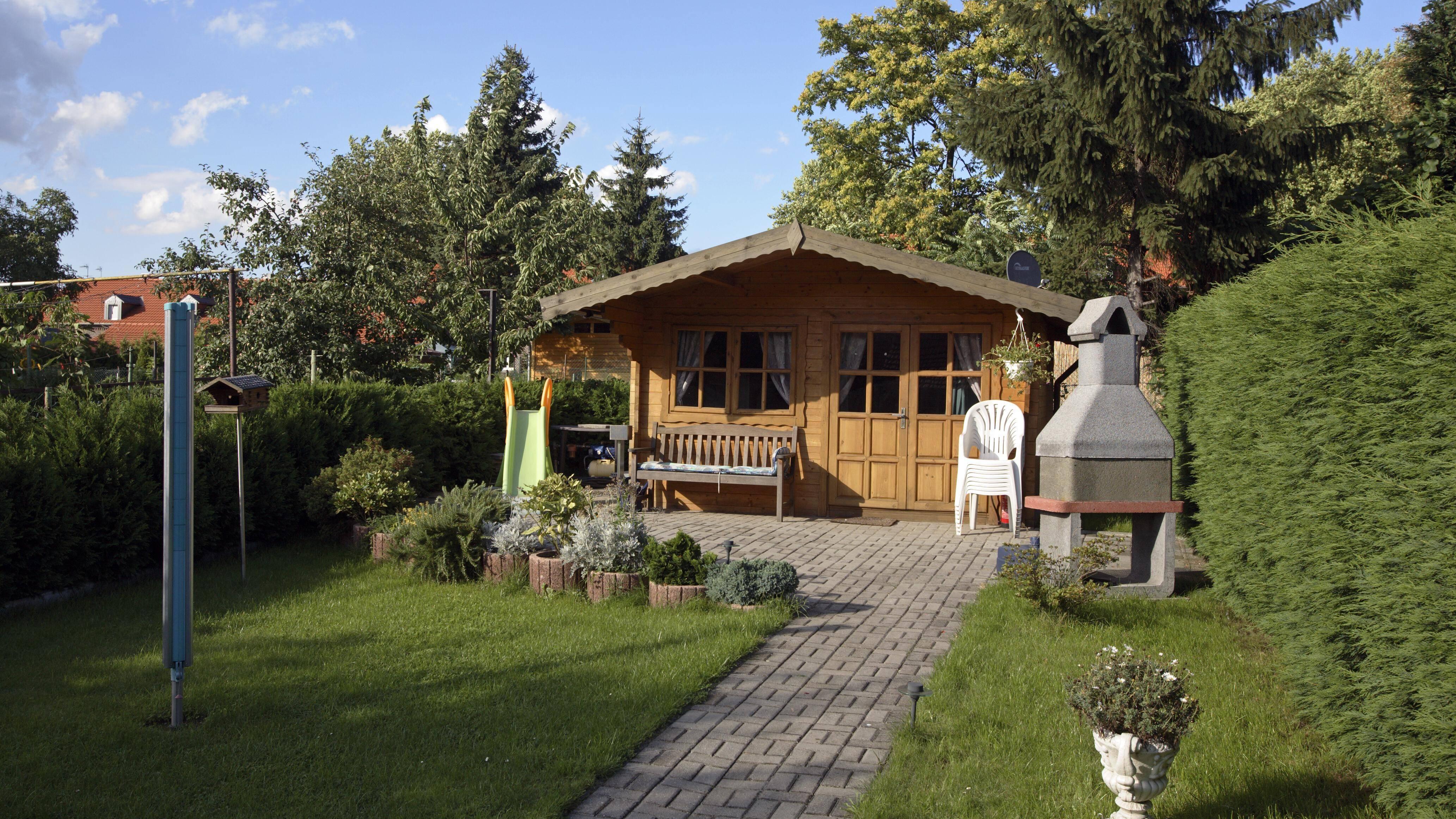 Wohnen im Gartenhaus ist nicht grundsätzlich verboten, bedarf aber einiger Genehmigungen und kann auch abgelehnt werden.
