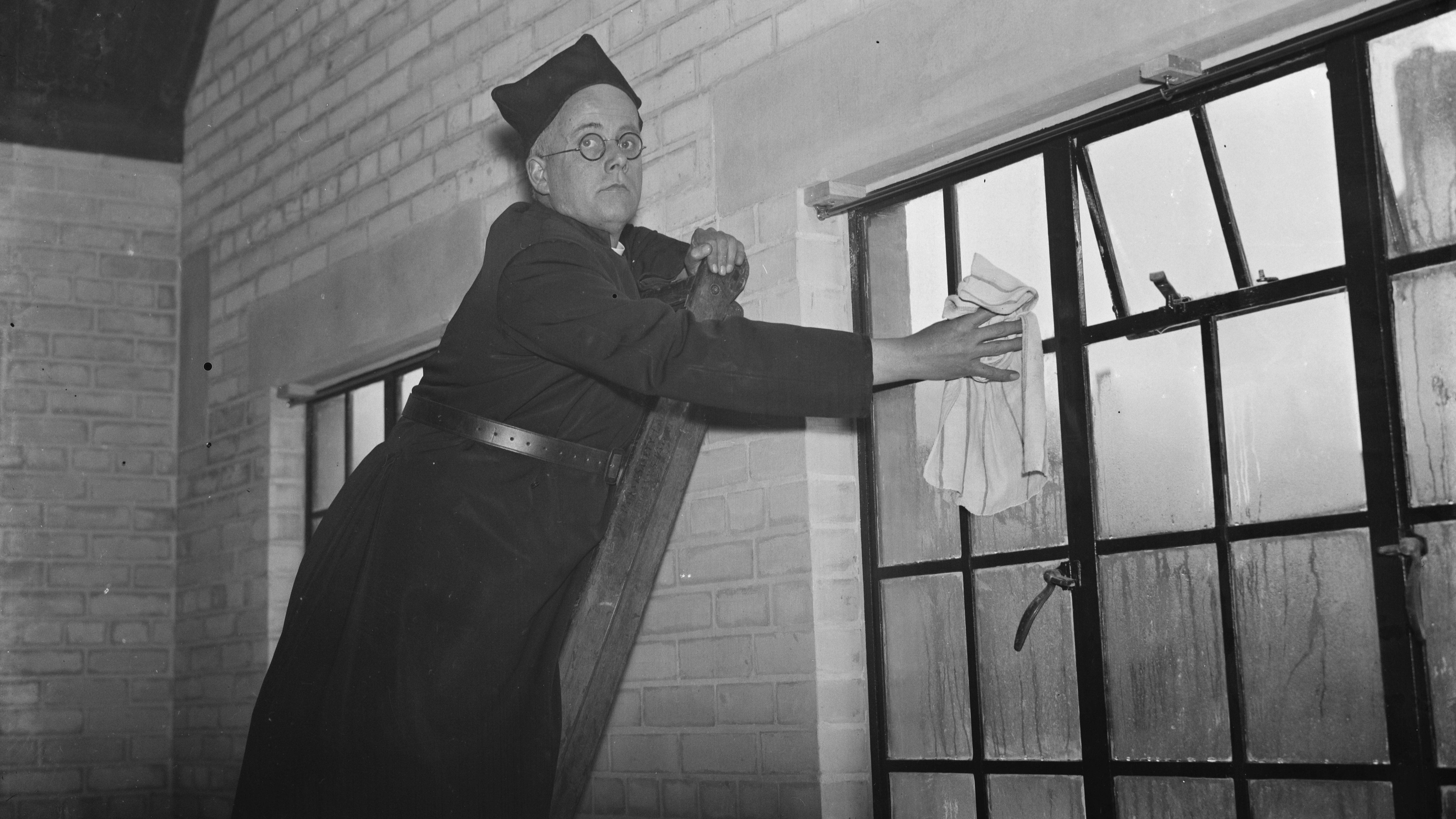 Mit einem Dampfreiniger lassen sich Fenster meistens leichter putzen.