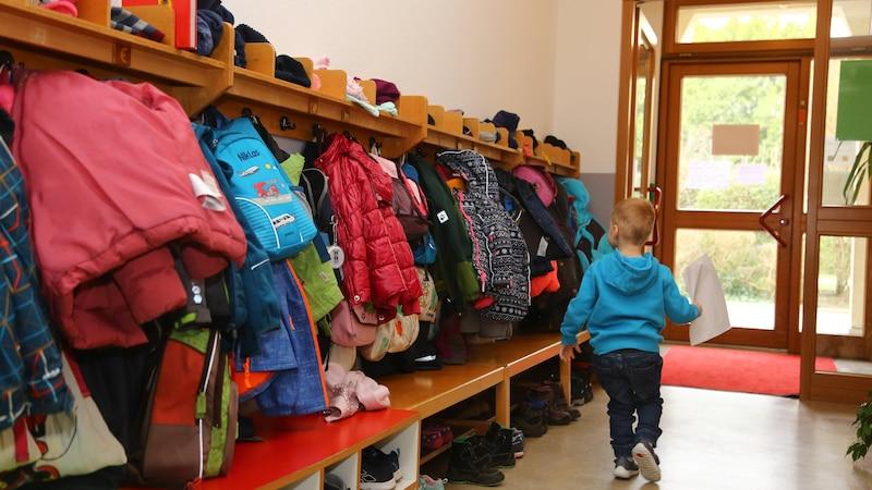 Muss ein Kind in den Kindergarten? Die Pflicht zur Erziehung wird dabei unter anderem durch das Grundgesetz geregelt.