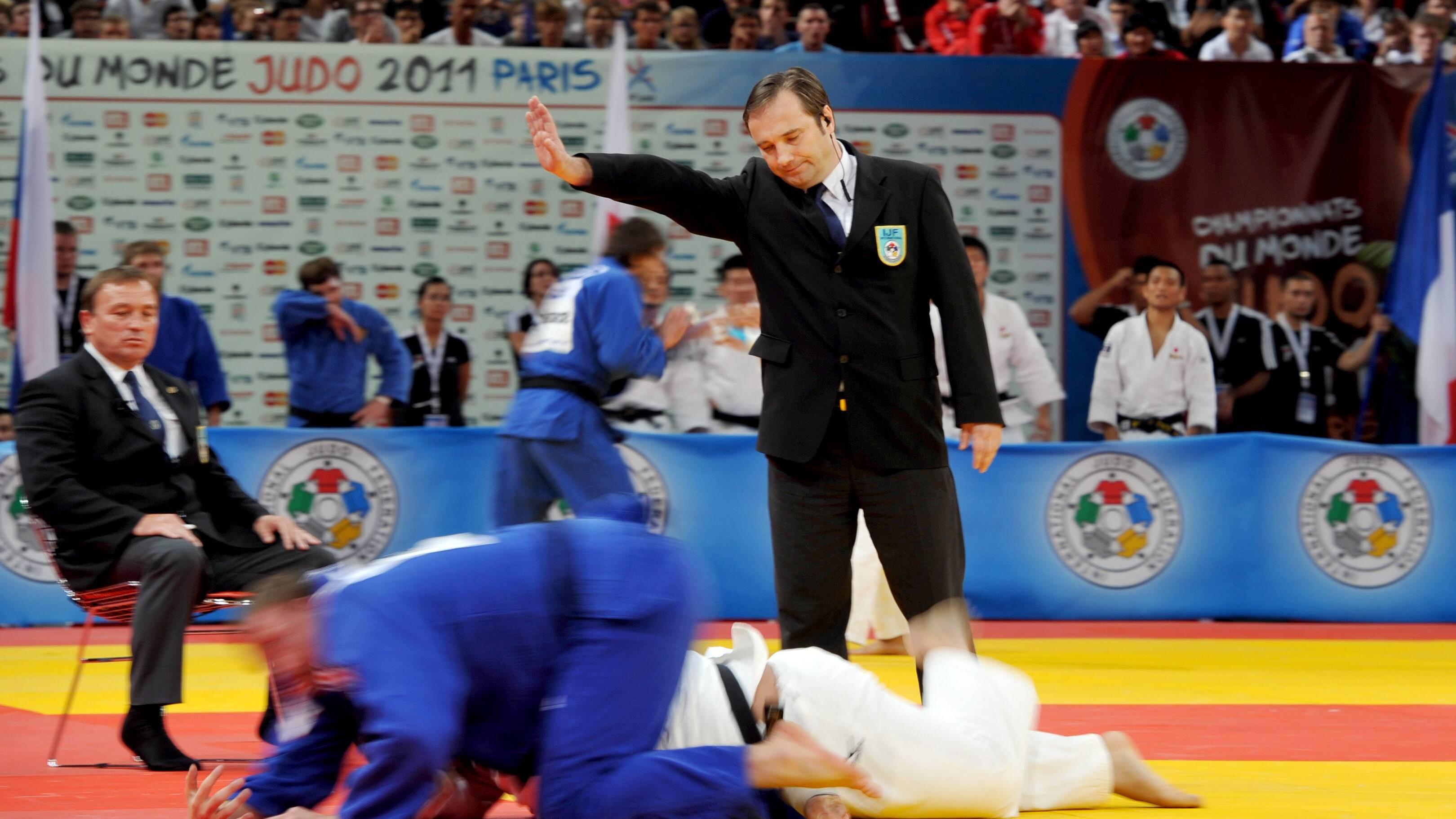 Drei Kampfrichter entscheiden über die Bewertung der Judoka.
