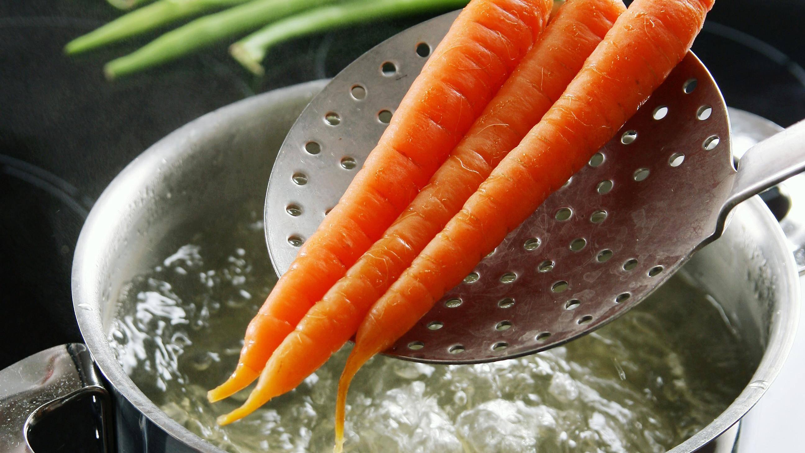 Blanchieren Sie Ihre Karotten, damit alle in den Karotten enthaltenden Nährstoffe nicht verloren gehen.