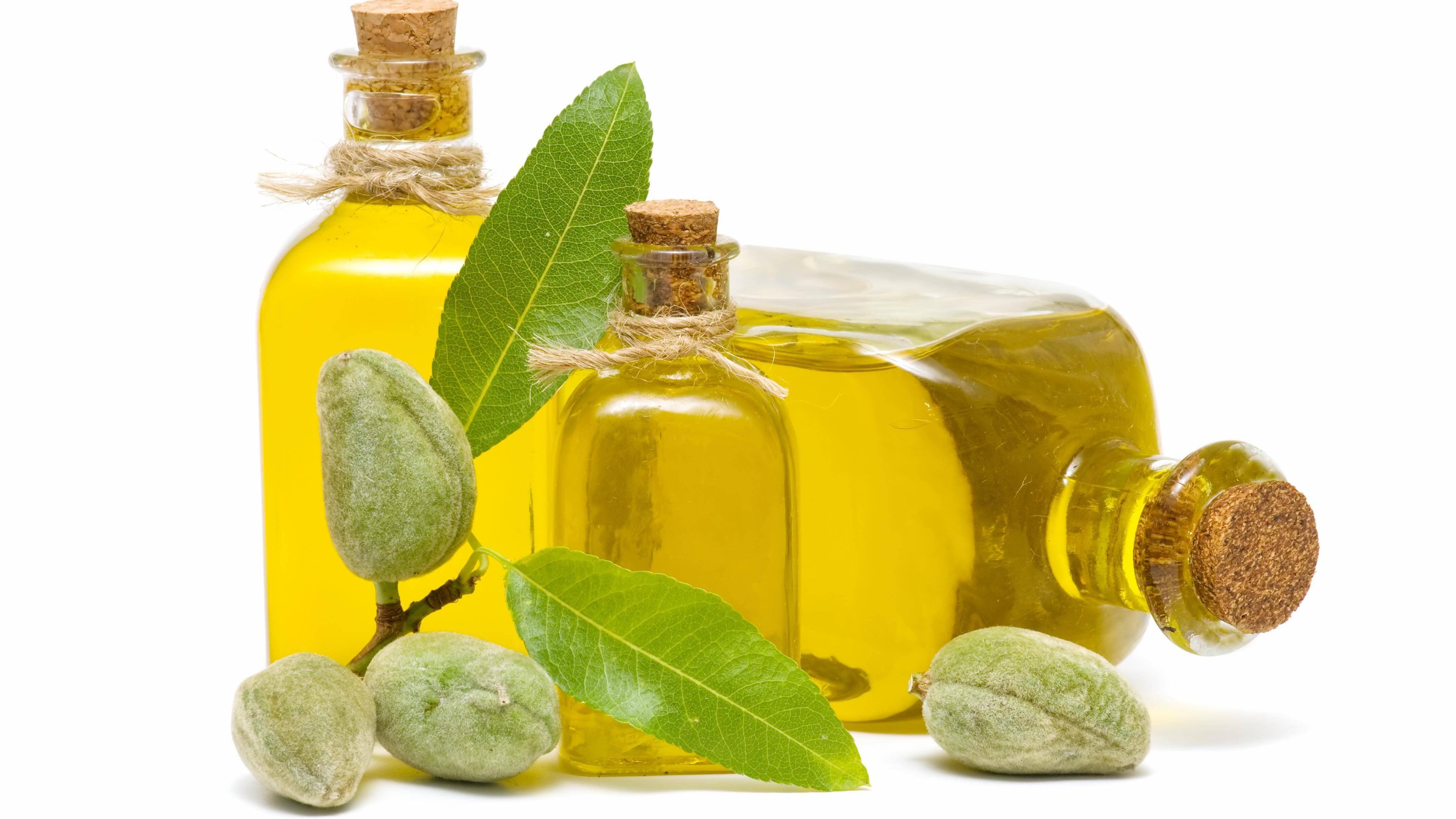 Mandelöl eignet sich hervorragend für eine Massage gegen Rückenschmerzen.