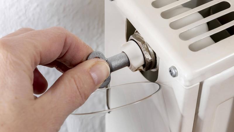 Das Entlüften kann bei einem unregelmäßig warmen Heizkörper helfen