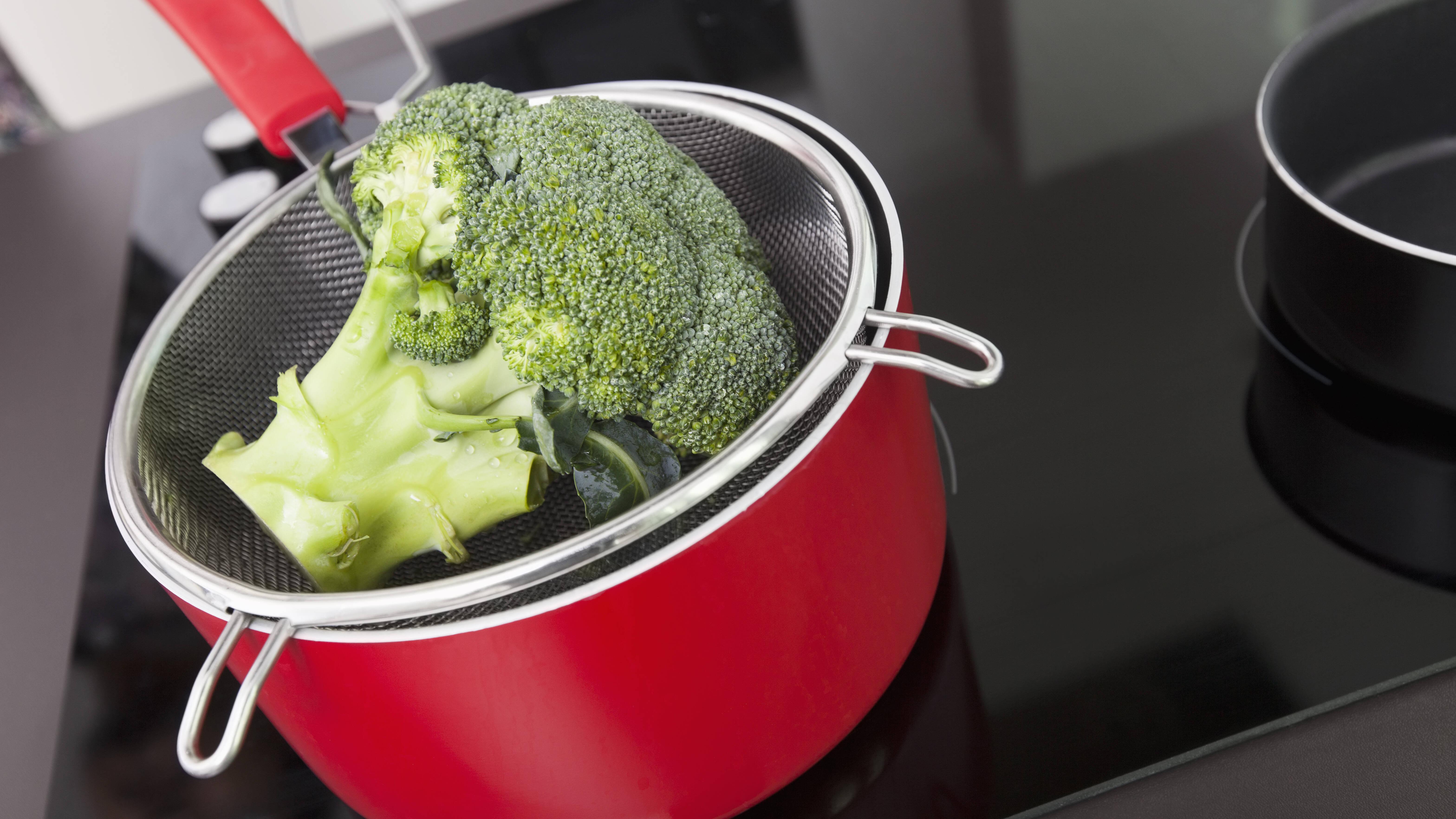 Um Brokkoli zu blanchieren brauchen Sie neben einem Kochtopf nur wenige weitere Hilfsmittel.