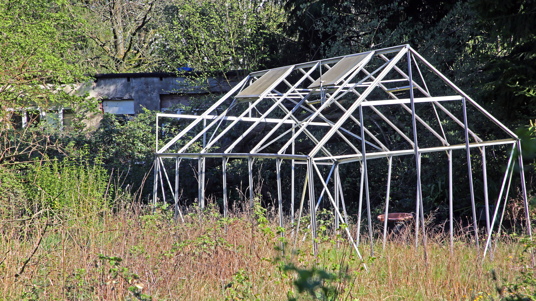 Ihr Gewächshaus im Garten können Sie auch nachträglich mit einigen Maßnahmen sturmsicher machen.