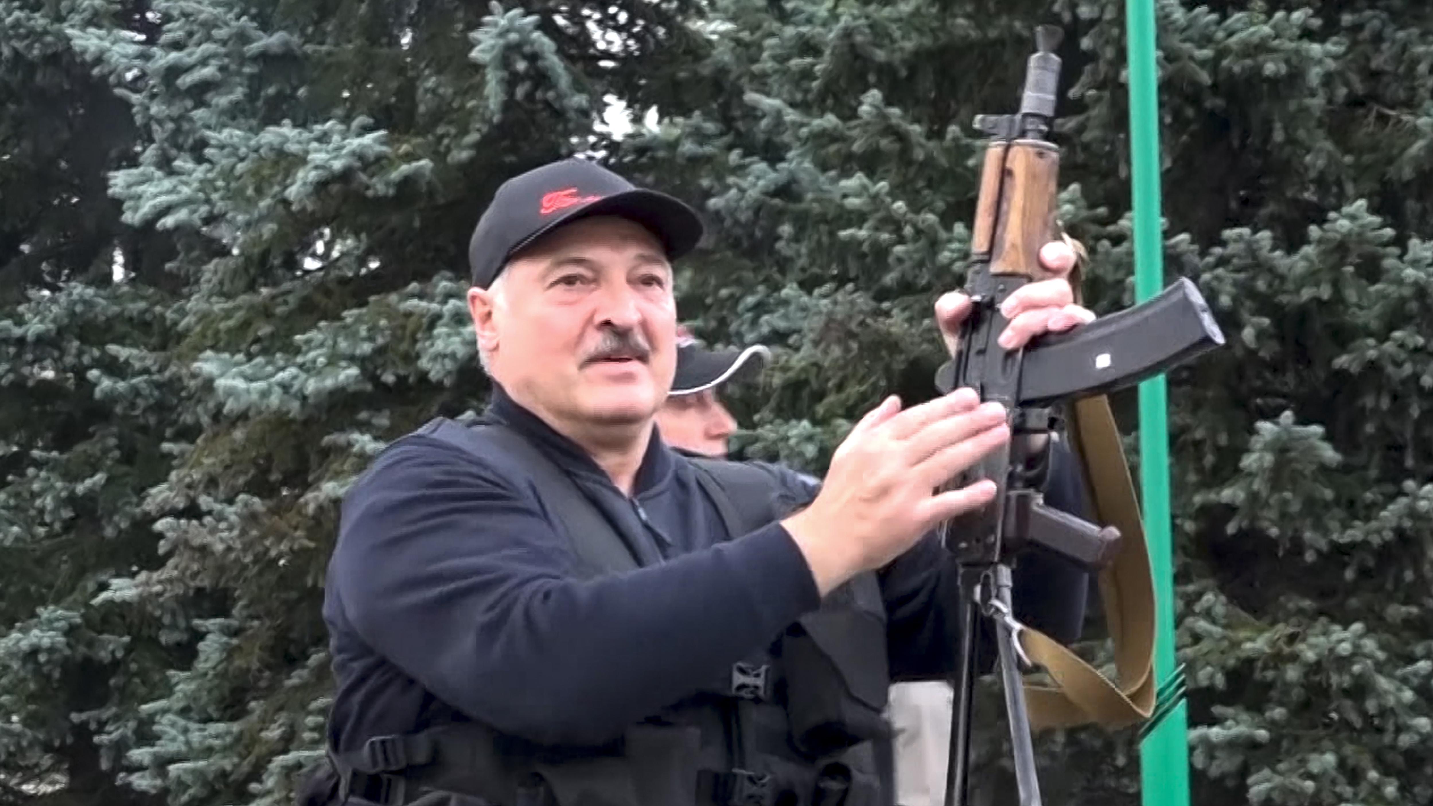 Machthaber Lukaschenko liebt Waffen und setzt seinen Willen auch mit Gewalt durch