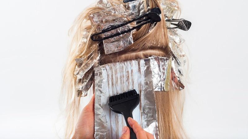 Für das Entfärben von Haaren bieten sich viele verschiedene Hausmittel und Tricks an.